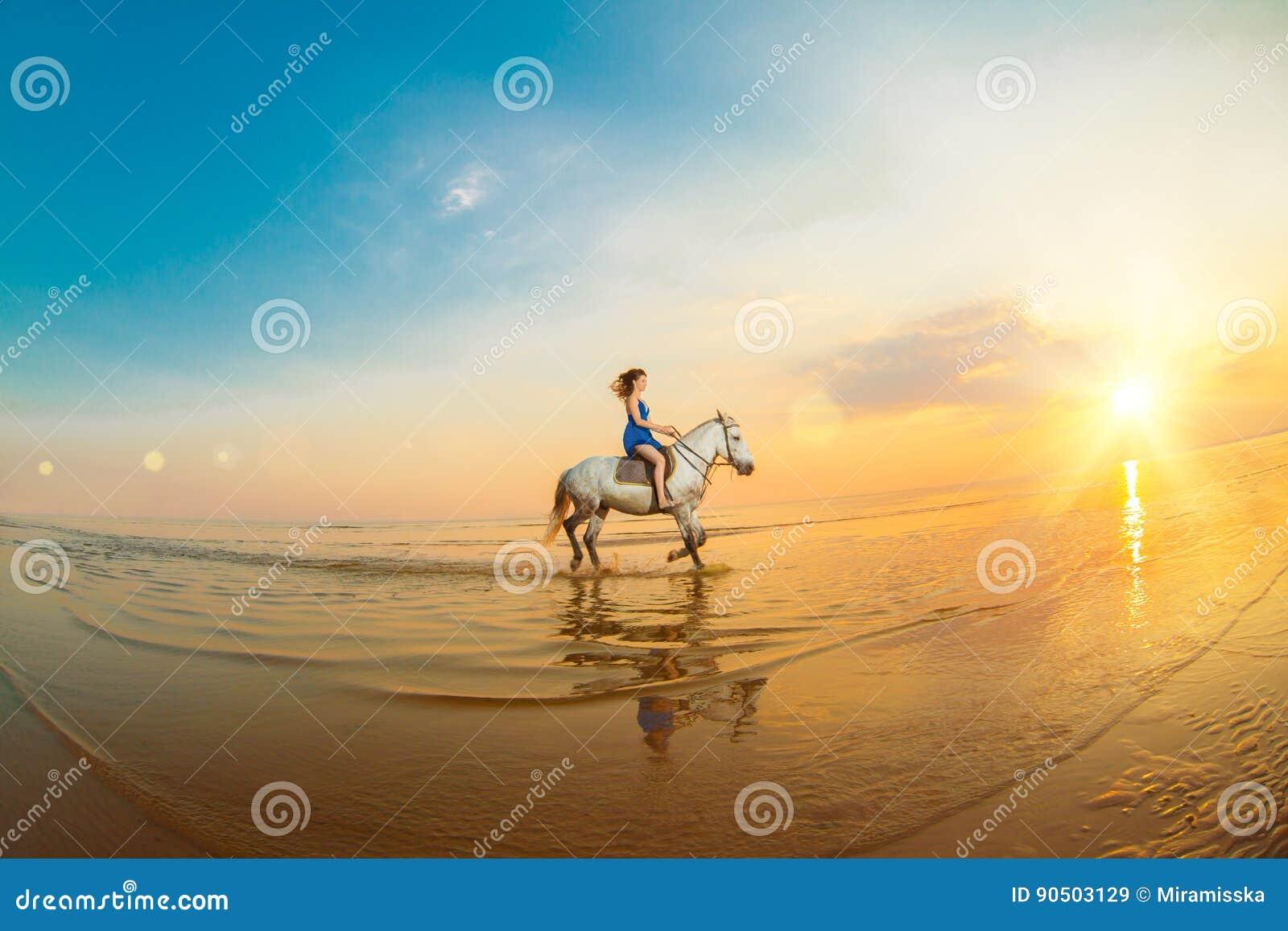 Femme et cheval sur le fond du ciel et de l eau Fille o modèle