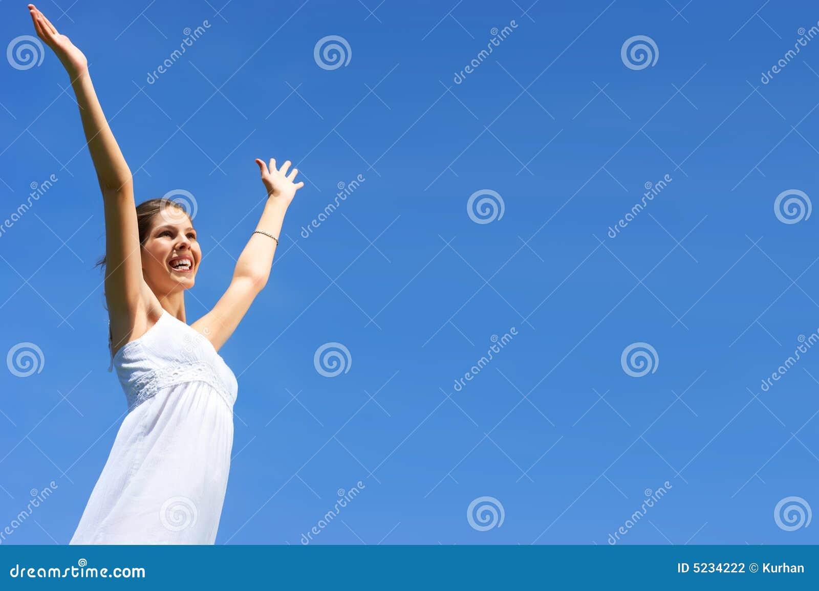 Femme et ciel bleu