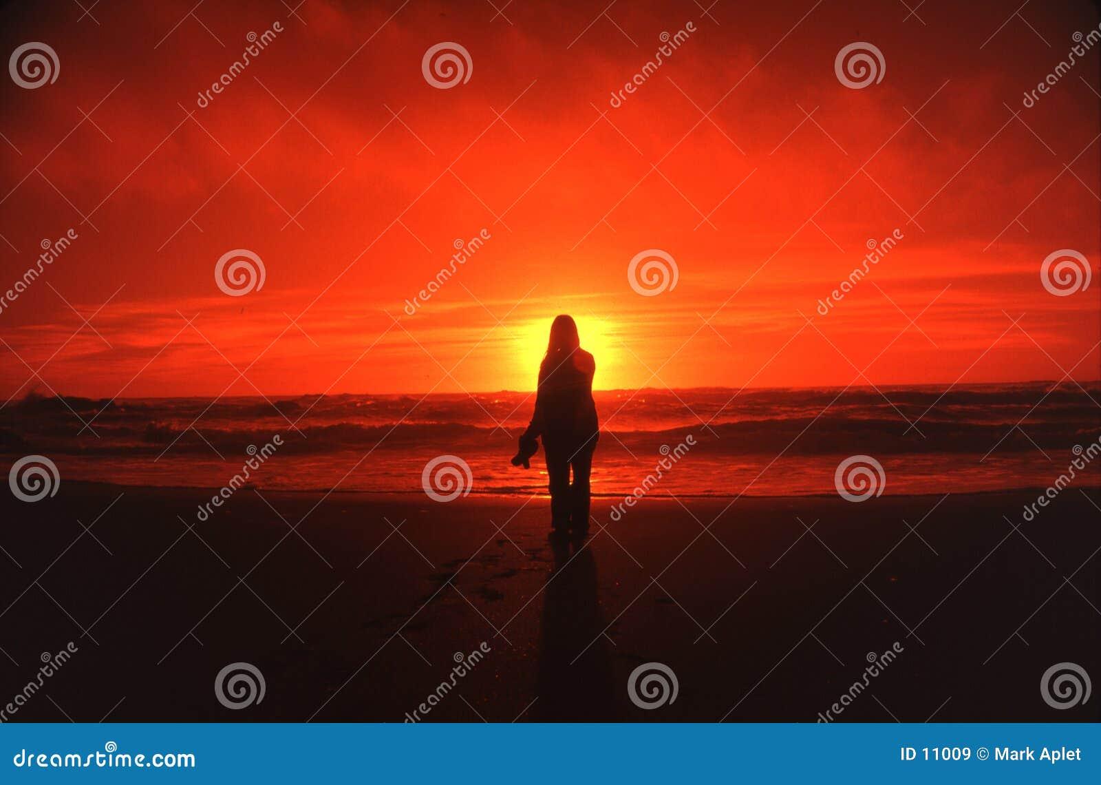 Femme et coucher du soleil