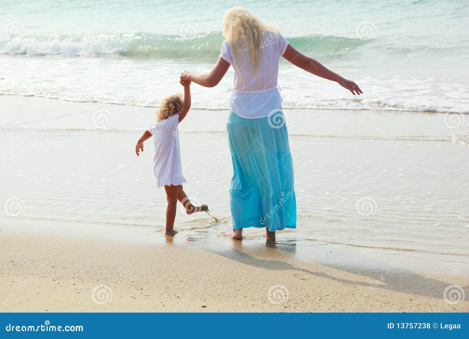 Femme et enfant sur la plage photo stock image 13757238 - Sortie de plage femme ...