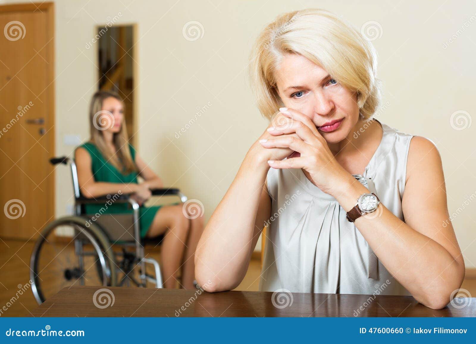 Femme et handicapé fatigués