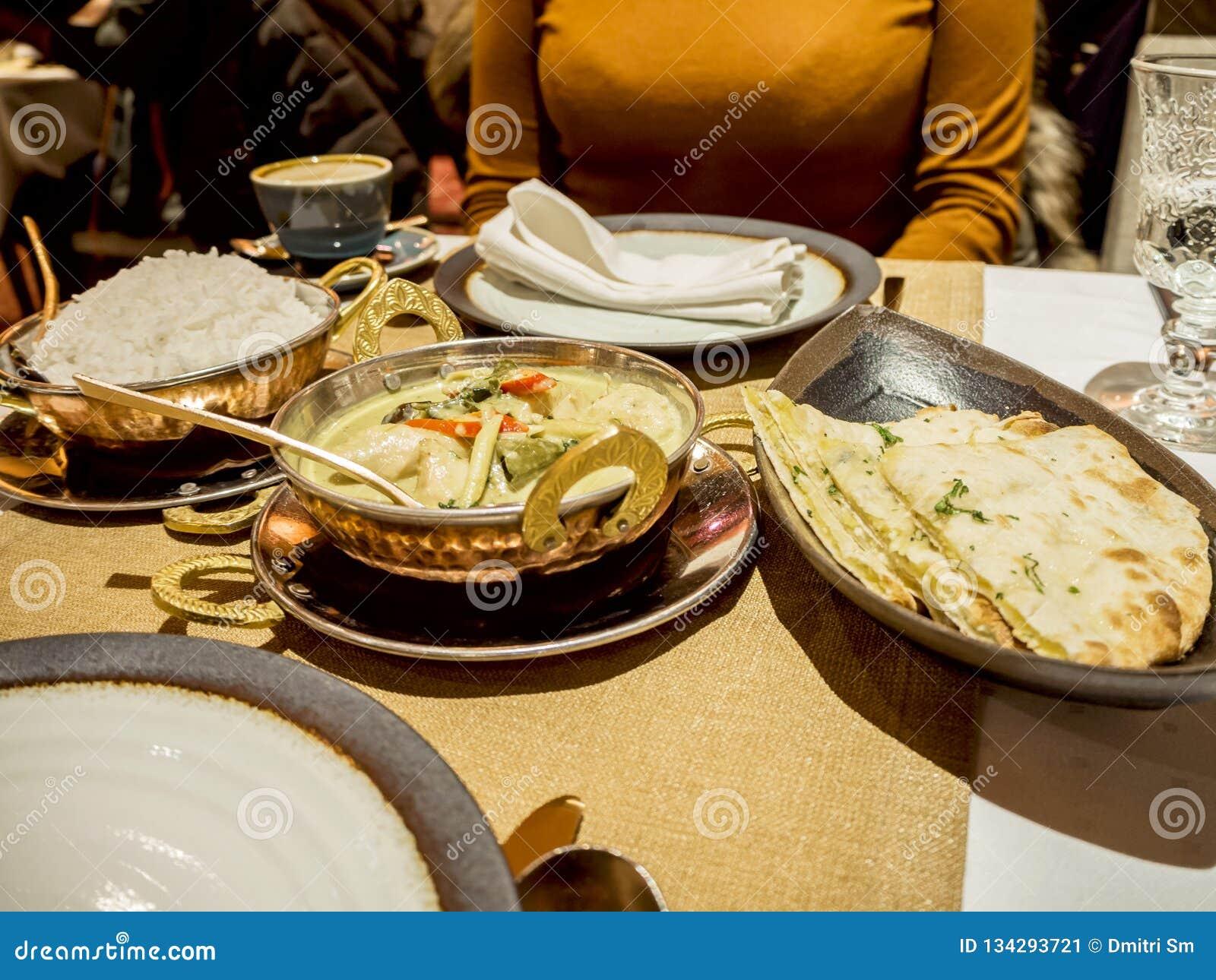 Femme et nourriture indienne dans un restaurant