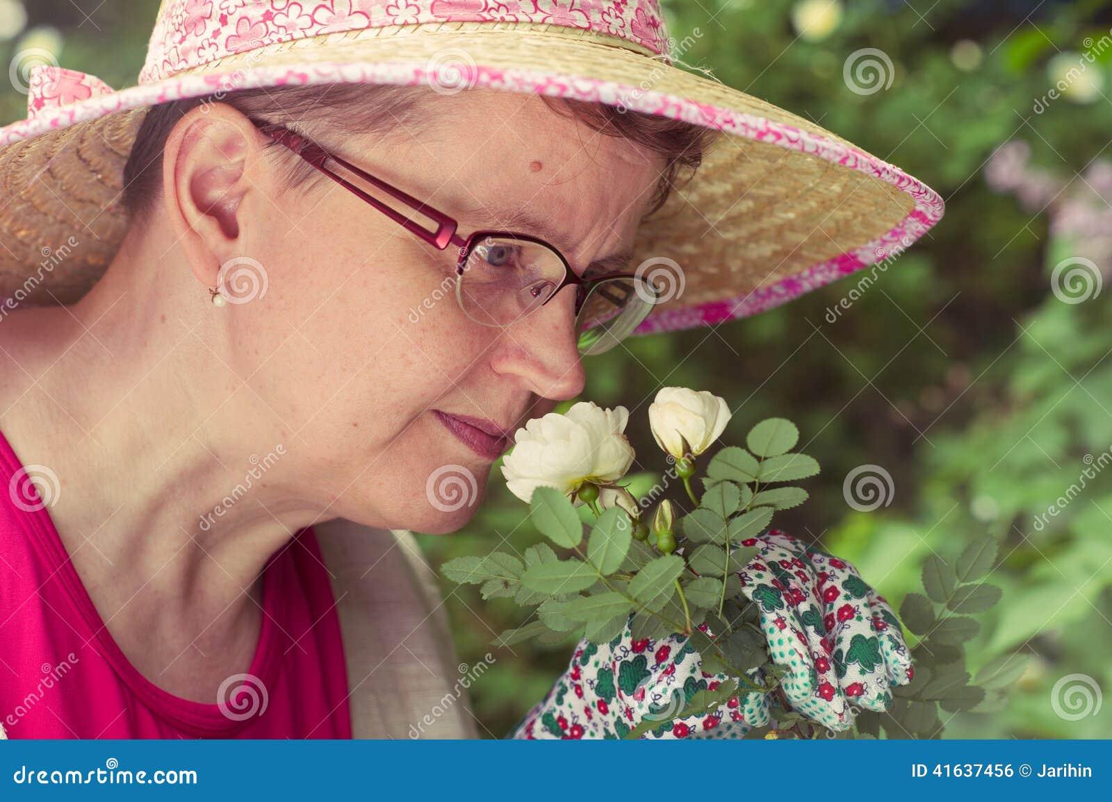 Femme et rose mûres de blanc