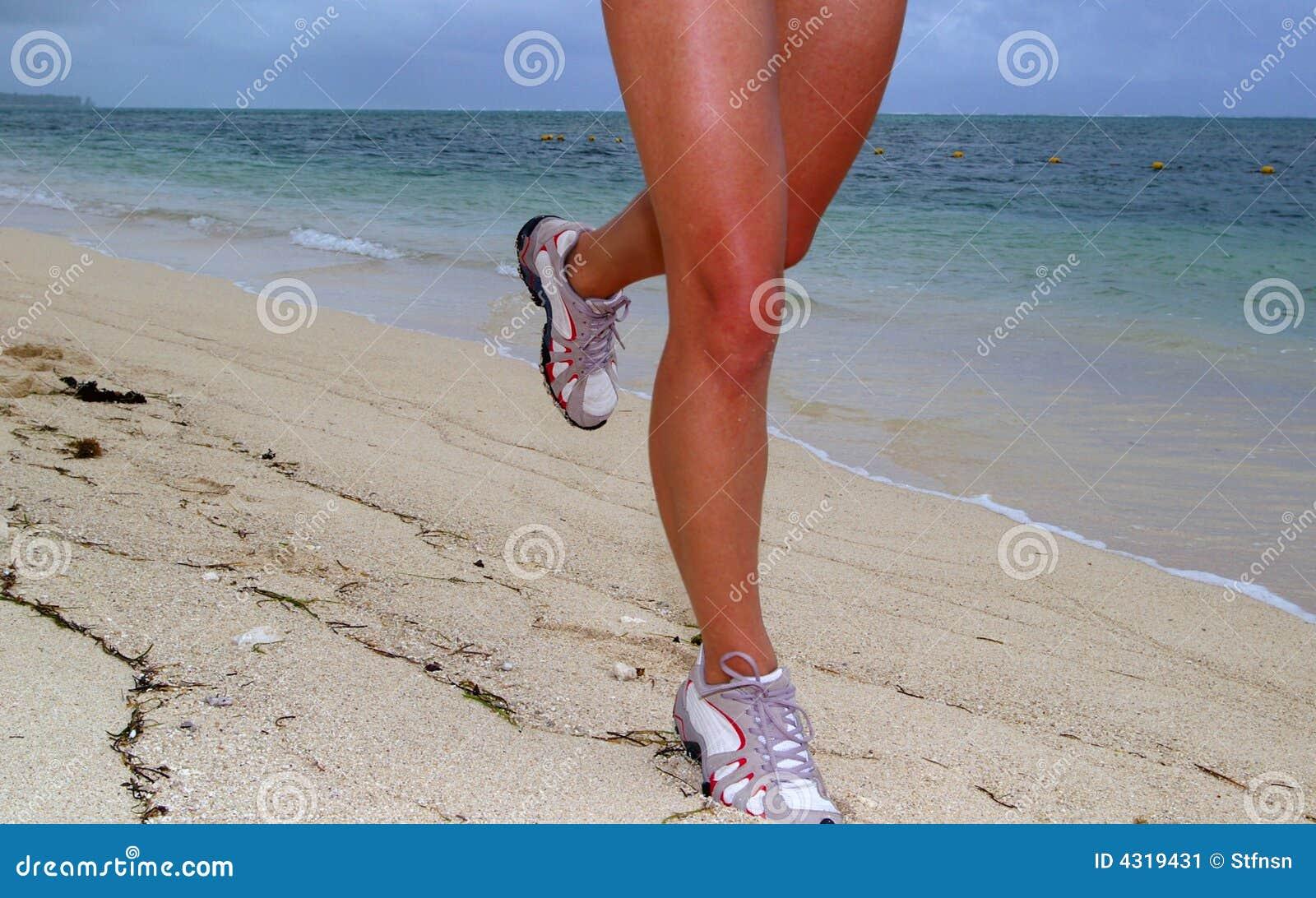 Femme exécutant sur la plage avec le fond de rivage de mer