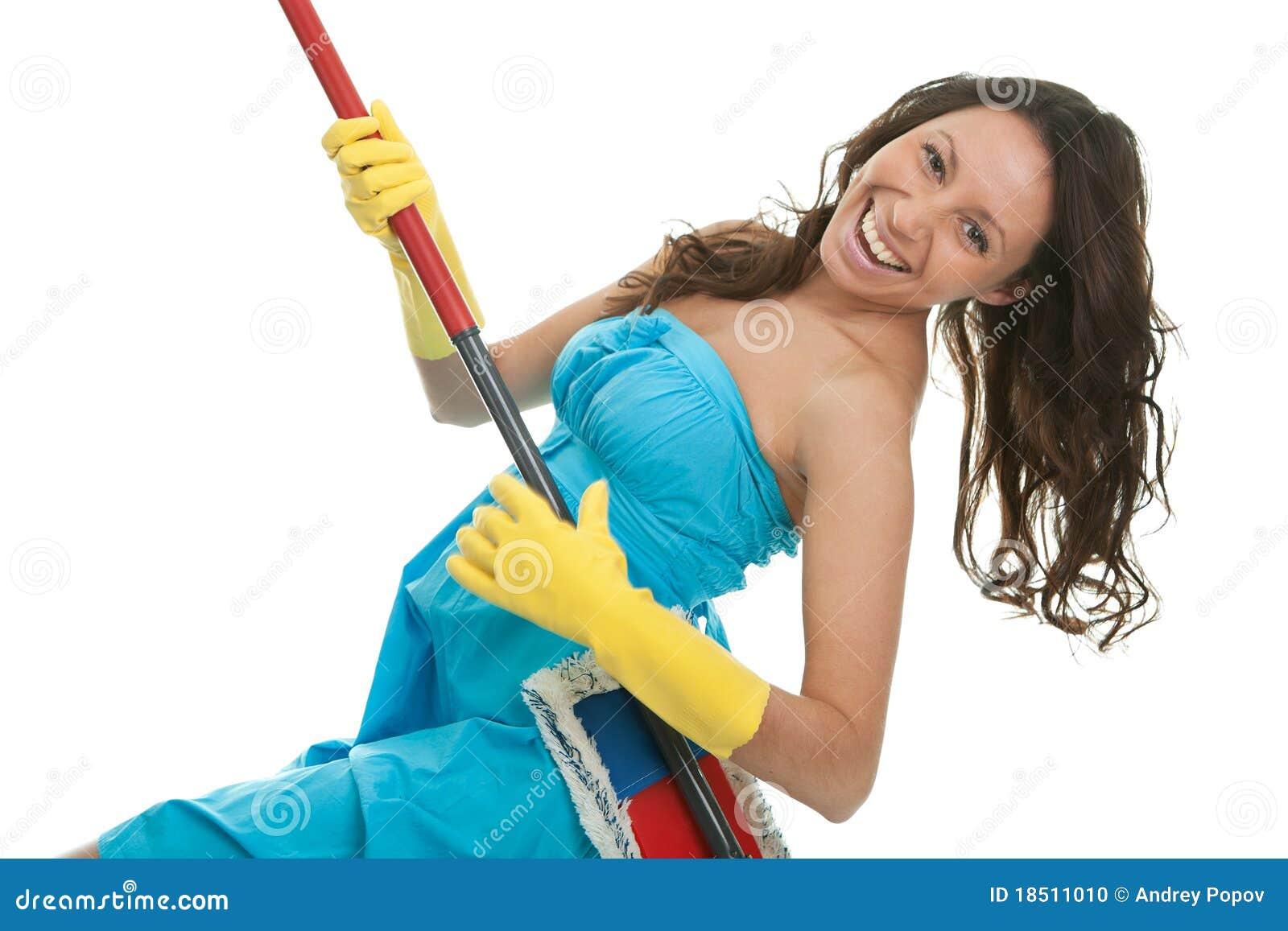 Femme Excited ayant l amusement tout en nettoyant