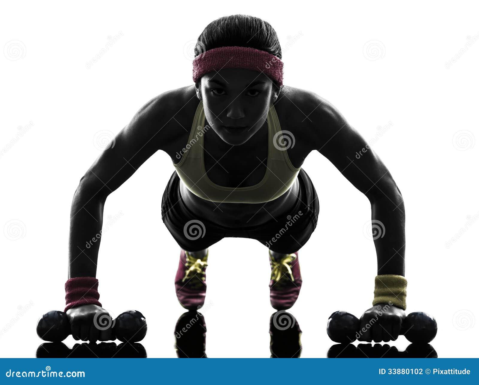 Femme exerçant la silhouette de pousées de séance d entraînement de forme physique