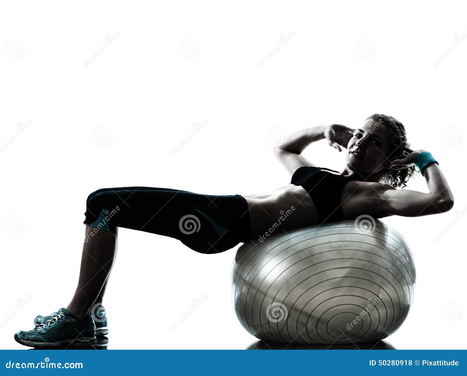 Femme exerçant la silhouette de séance d entraînement de boule de forme physique