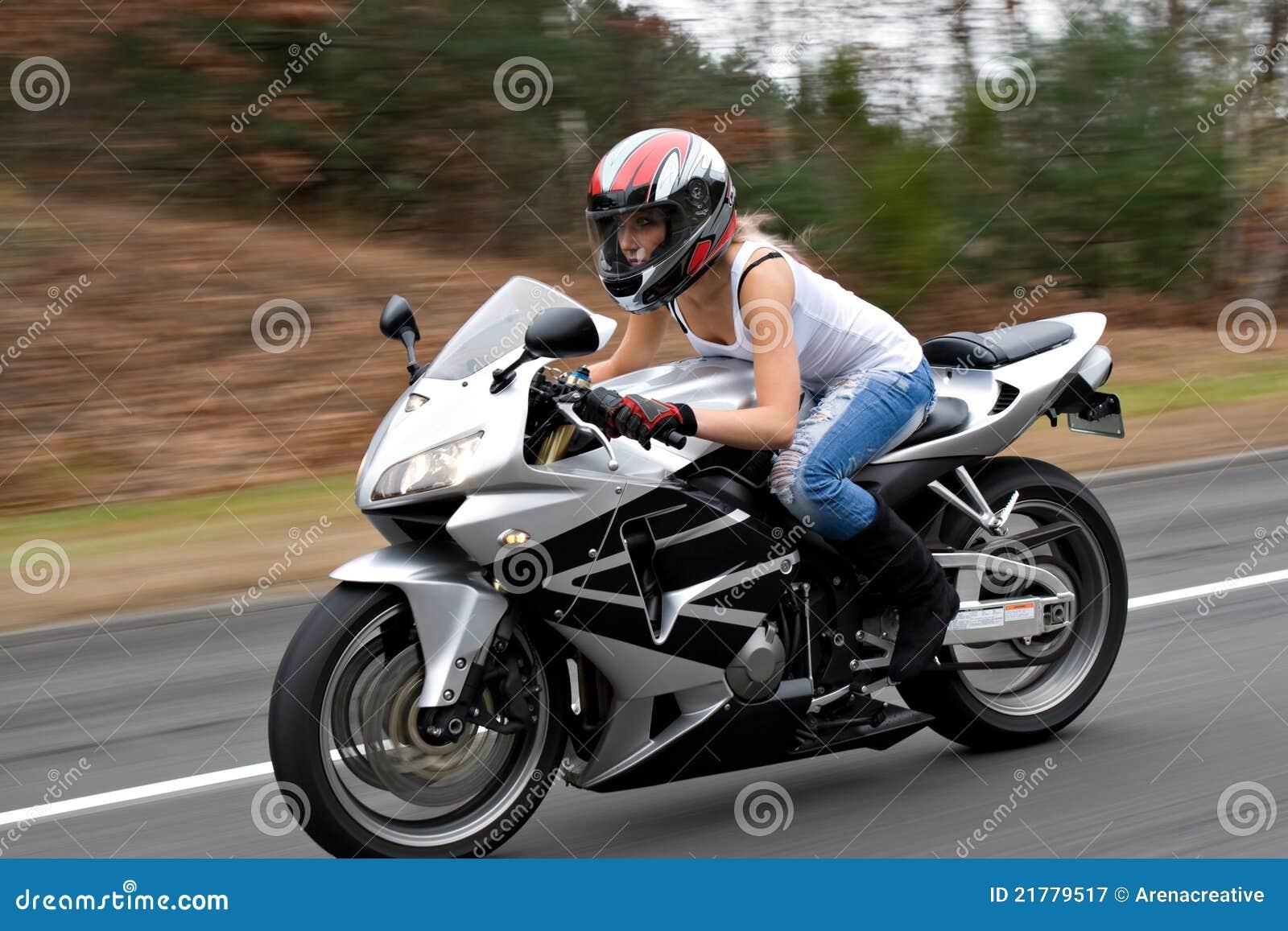 femme exp diante de moto photographie stock libre de droits image 21779517. Black Bedroom Furniture Sets. Home Design Ideas