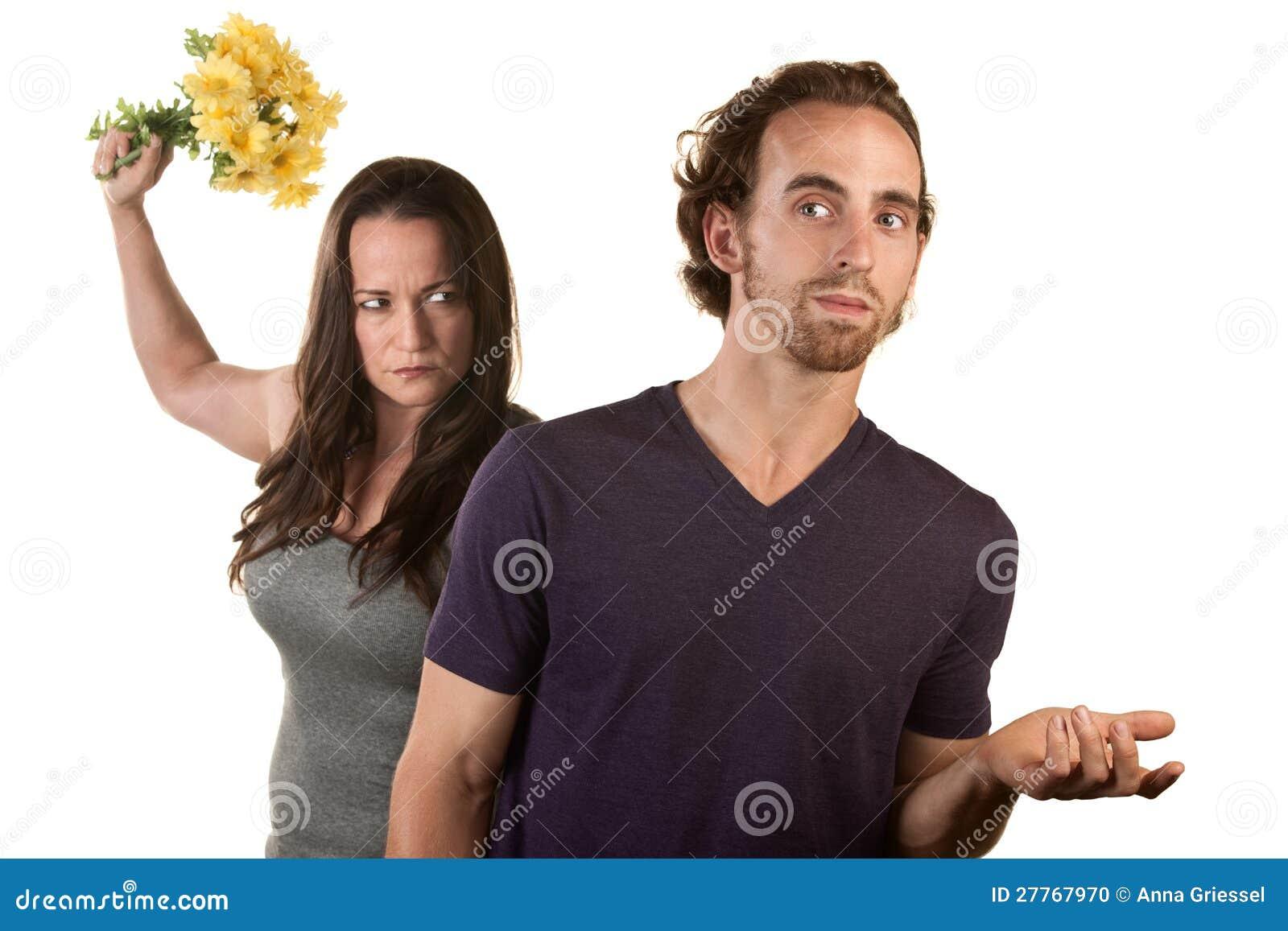 Femme fâché avec les fleurs et l homme naïf