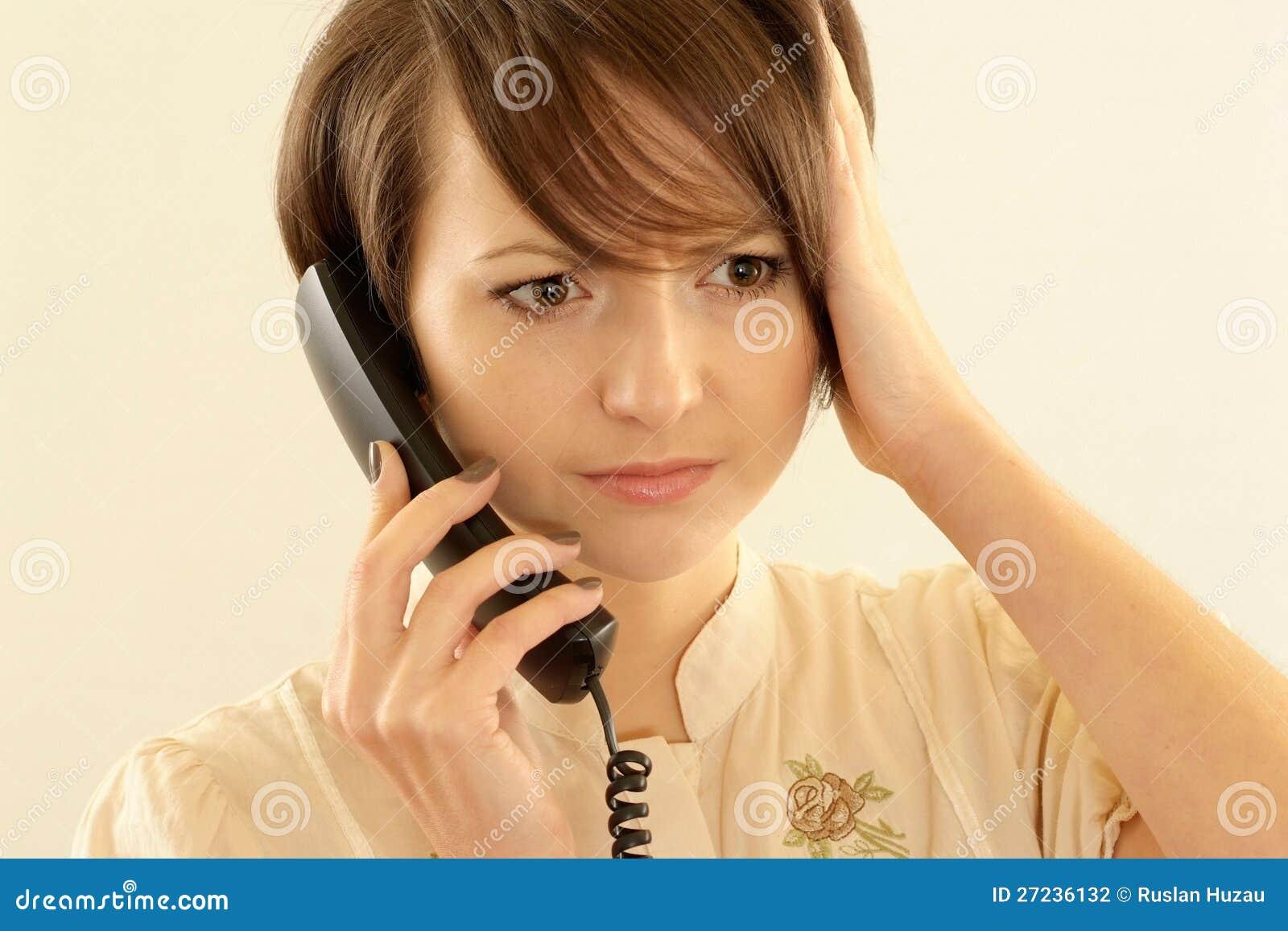 Femme fâché avec un téléphone
