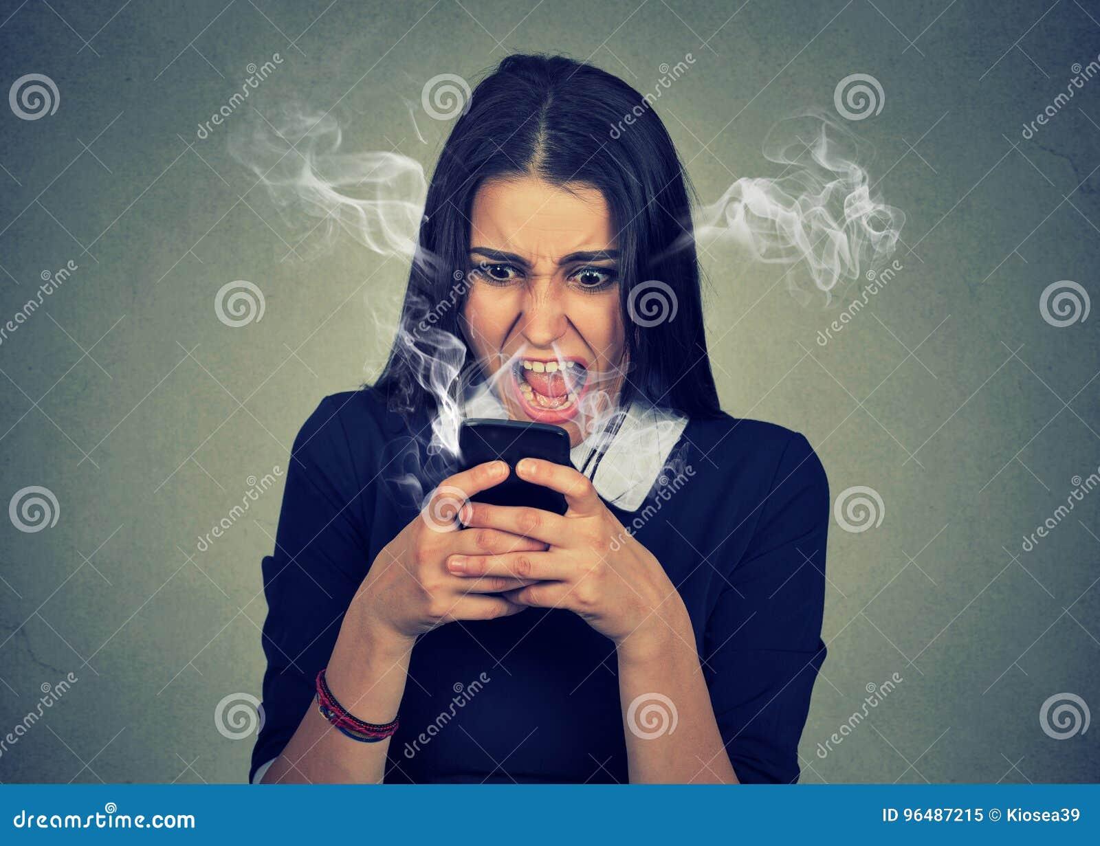 Femme fâchée criant à son téléphone portable, exaspéré avec le mauvais service