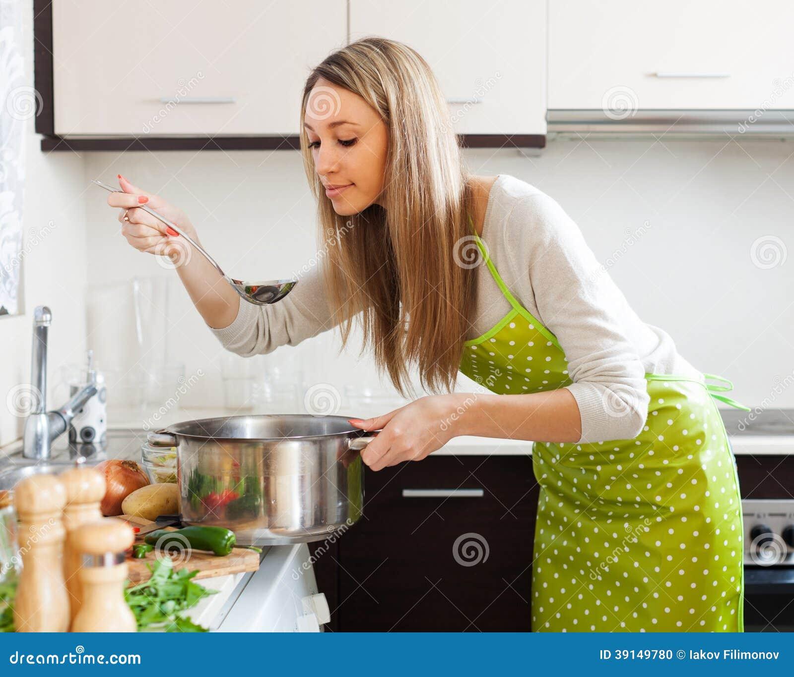 Femme faisant cuire la soupe v g tarienne dans la cuisine - Dans la cuisine nantes ...