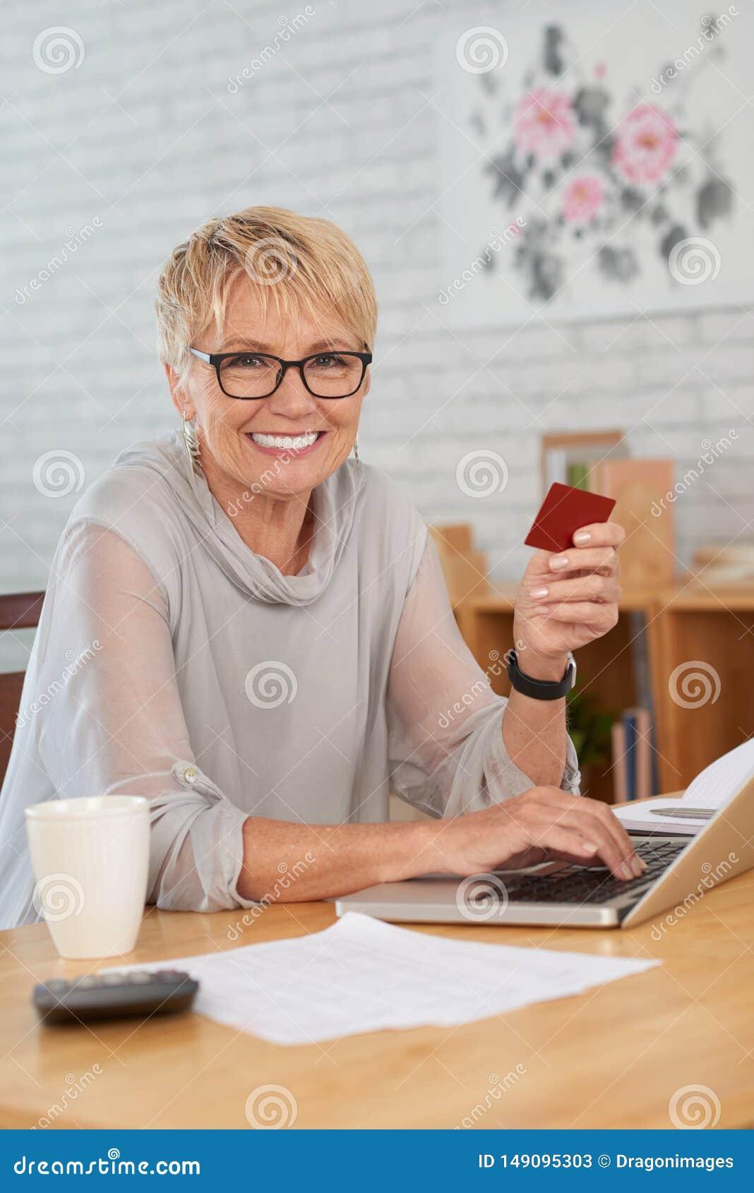 Femme faisant des achats en ligne