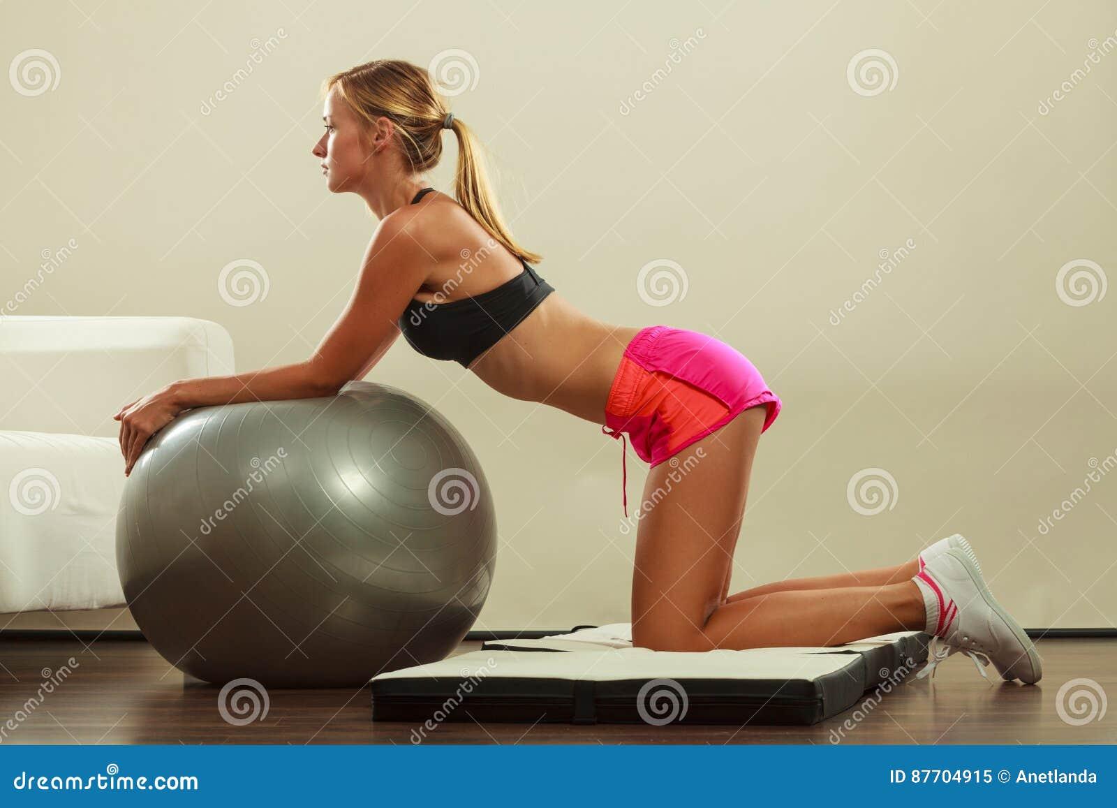 Femme faisant des exercices de forme physique avec la bille d ajustement