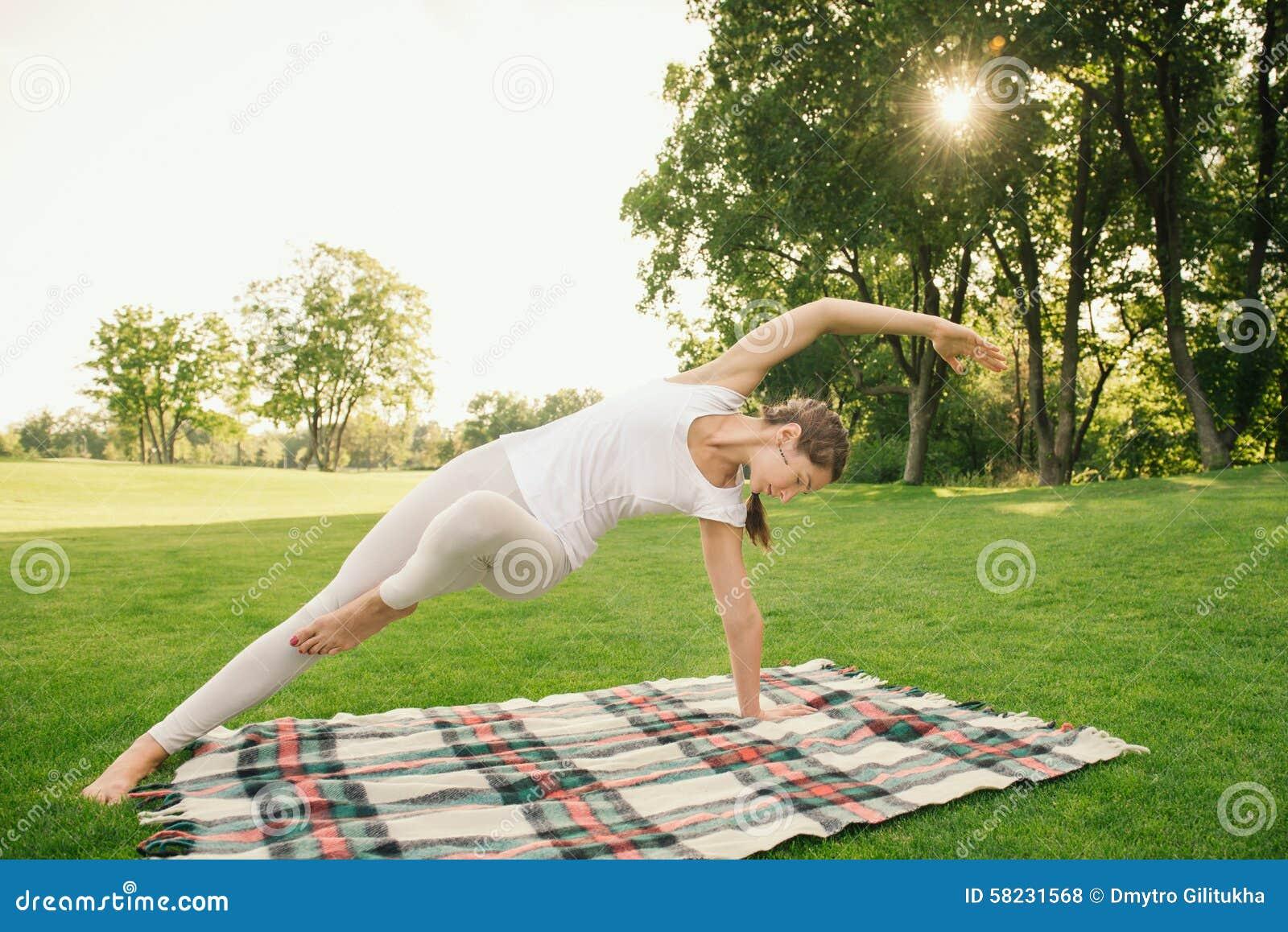 Femme faisant des exercices de yoga