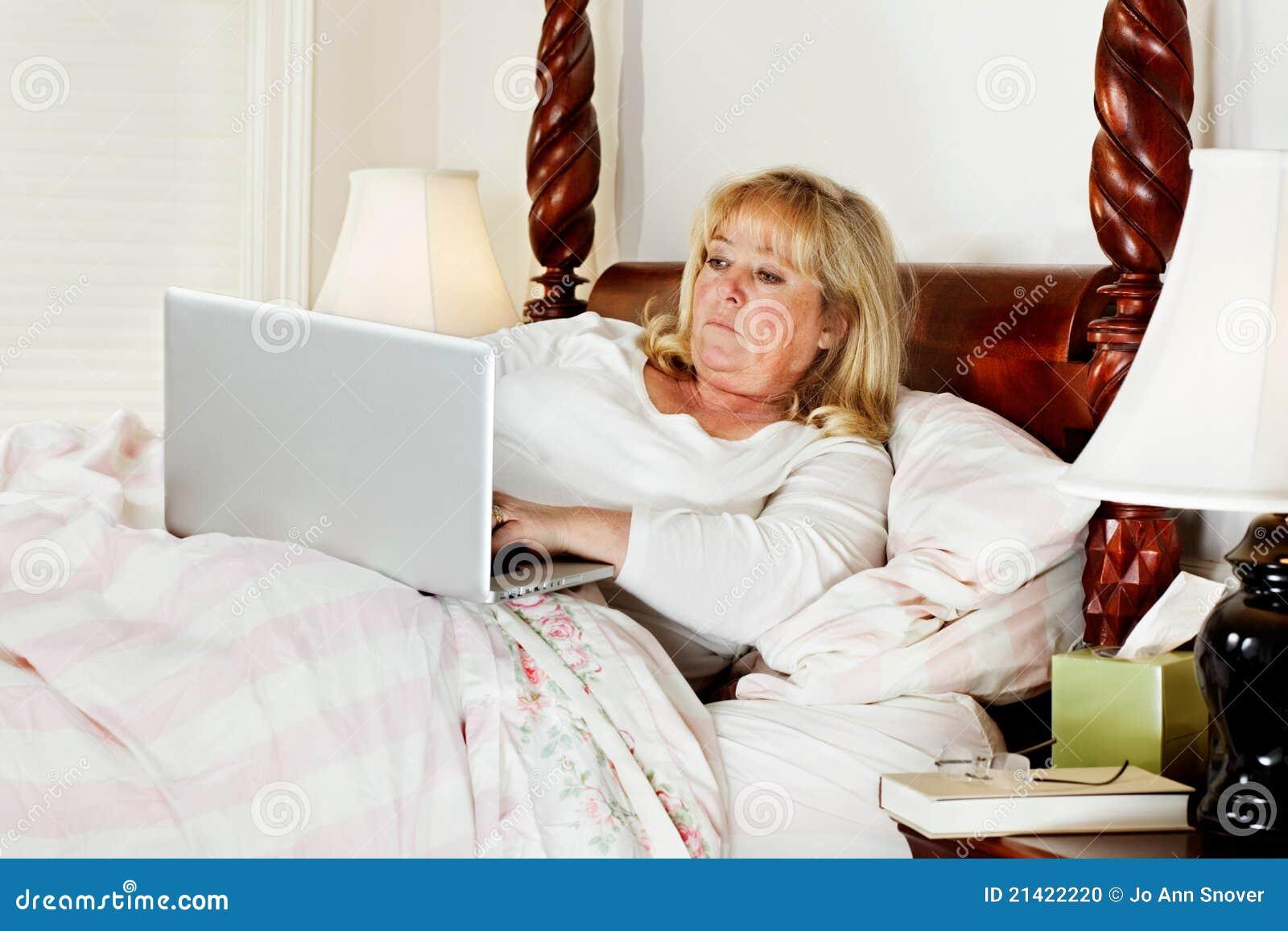 Femme faisant l email dans le bâti