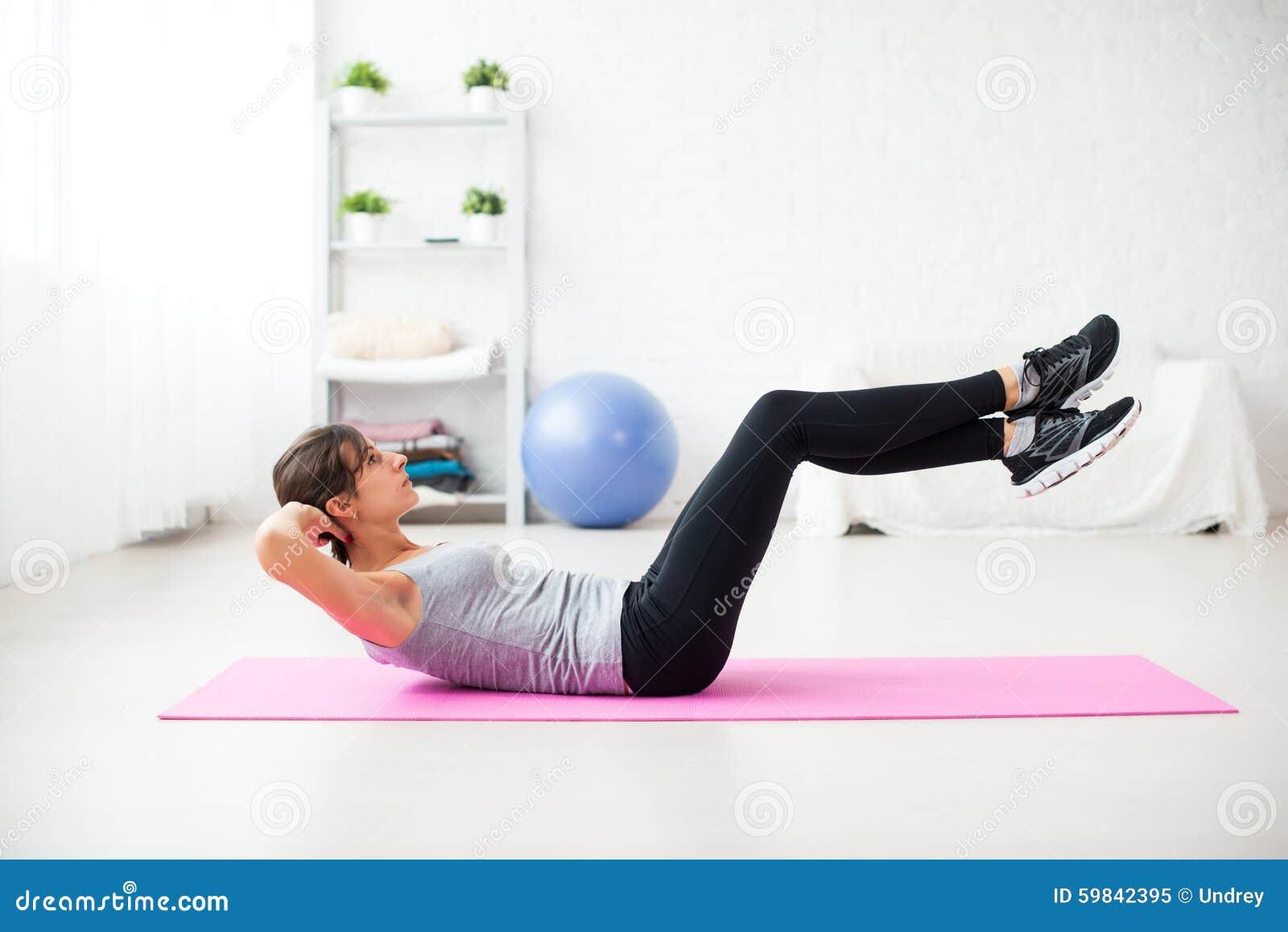 Femme faisant l exercice abdominal de pilates de craquements dessus