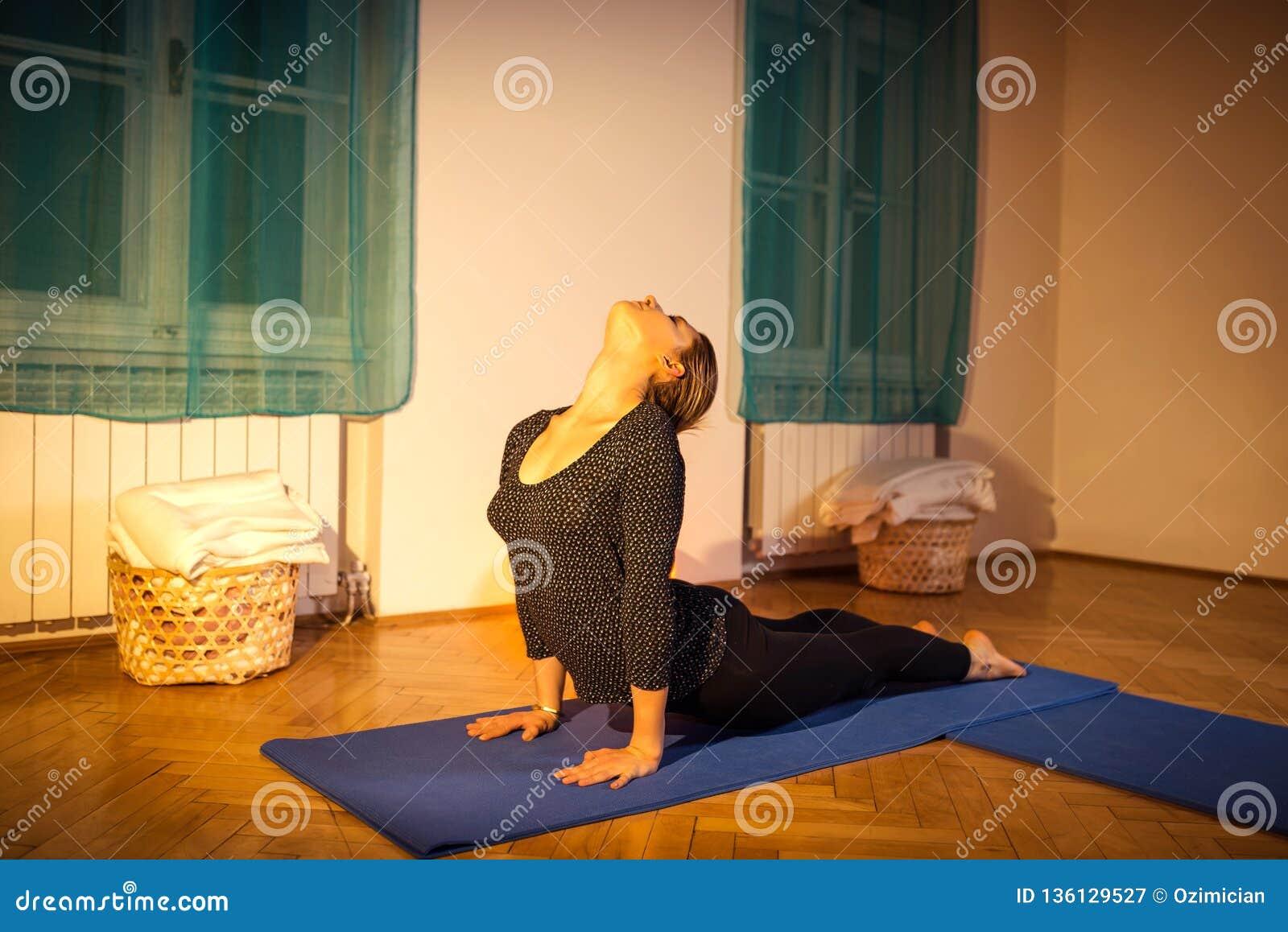 Femme faisant l exercice de yoga d asana de cobra