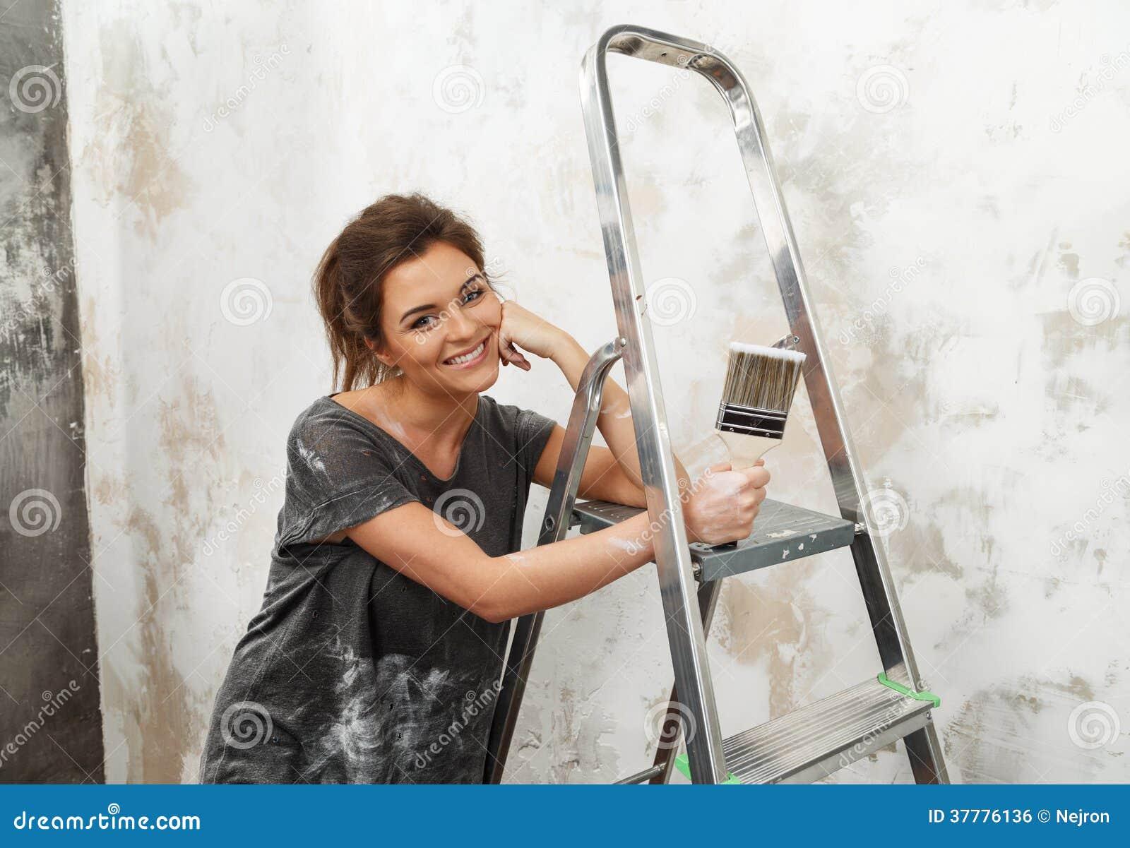 femme faisant la peinture de mur photo stock image du. Black Bedroom Furniture Sets. Home Design Ideas