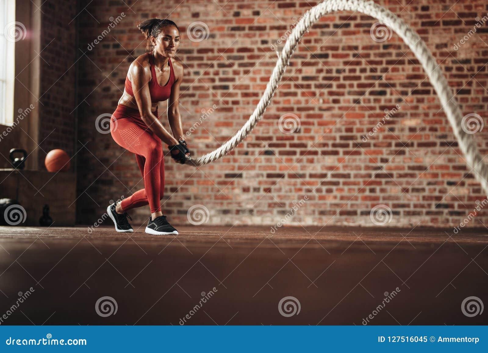 Femme faisant la routine de formation croisée