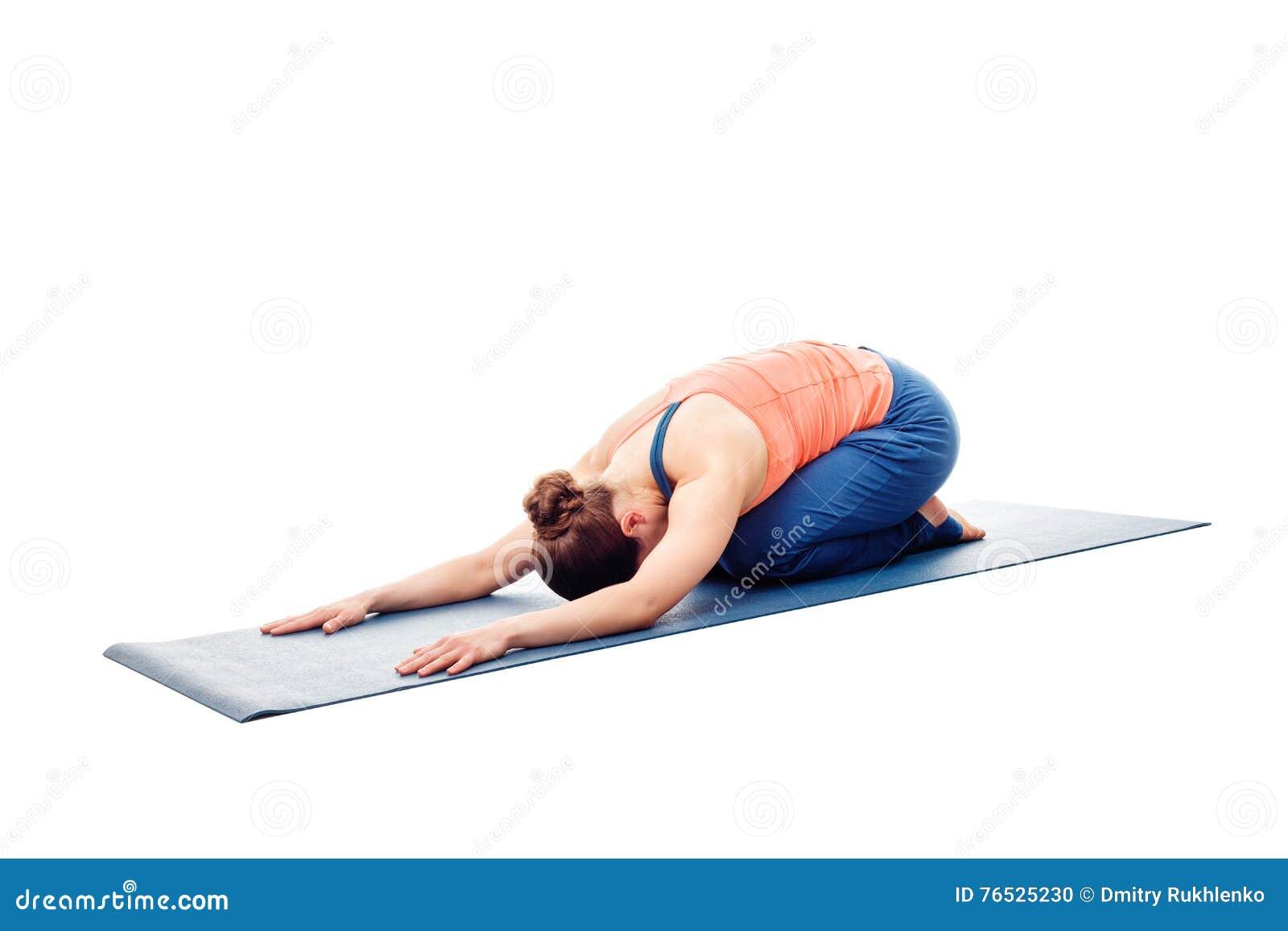 Femme faisant le chil de Balasana d asana de relaxation de yoga d Ashtanga Vinyasa