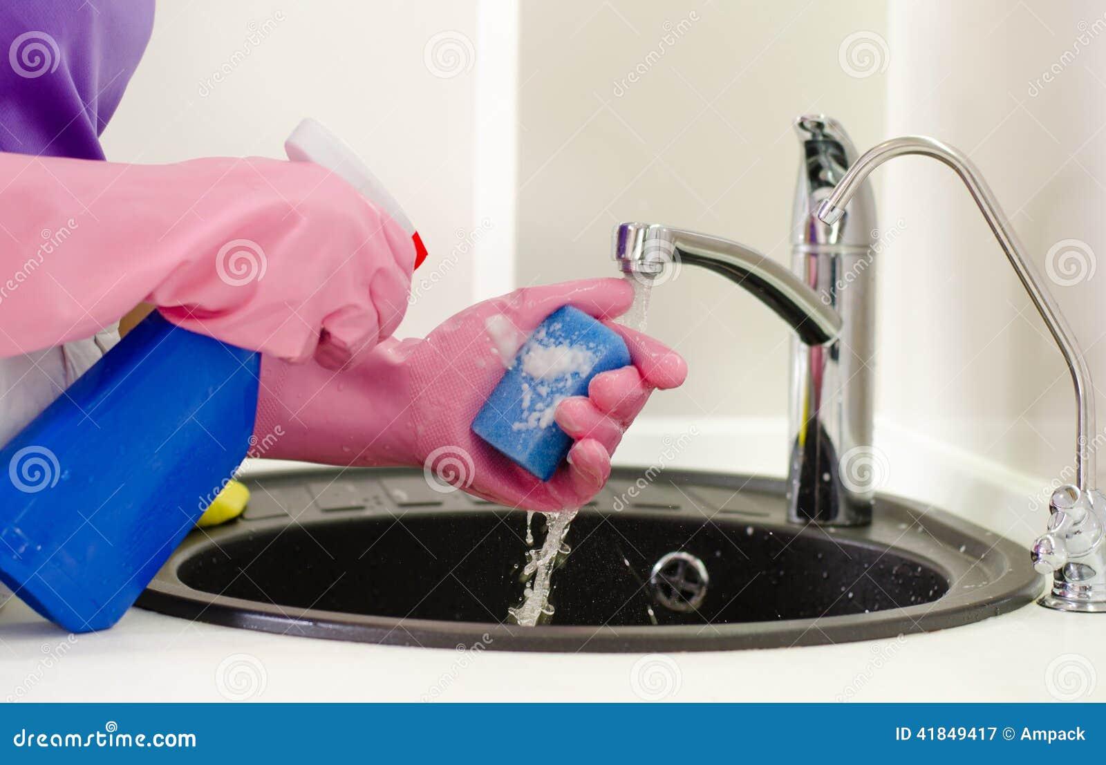 Femme faisant le lavage