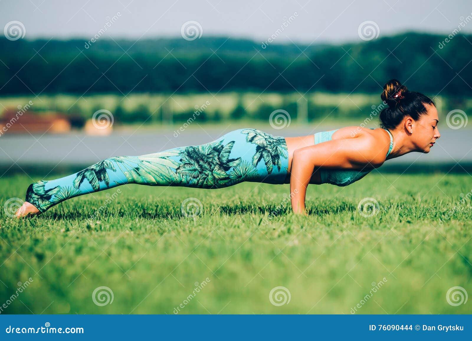 Femme faisant le yoga à l extérieur