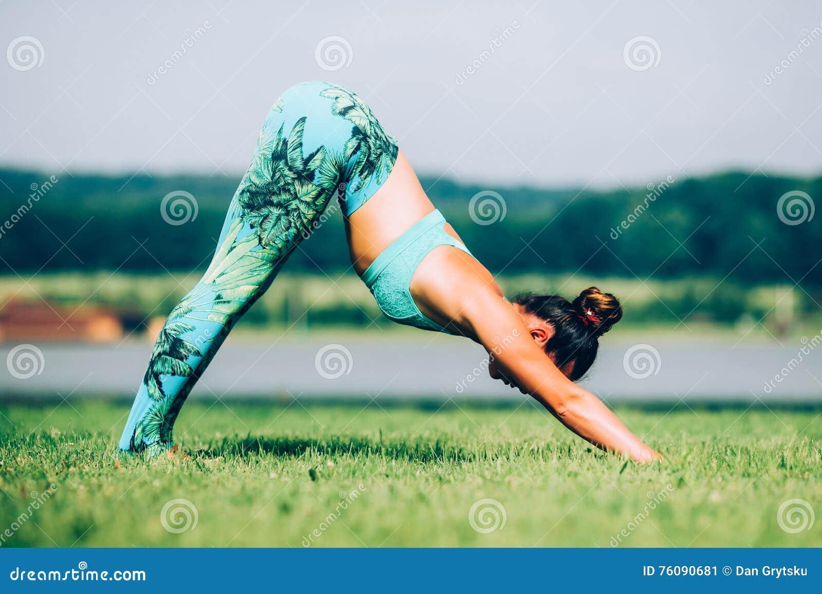 Femme faisant le yoga