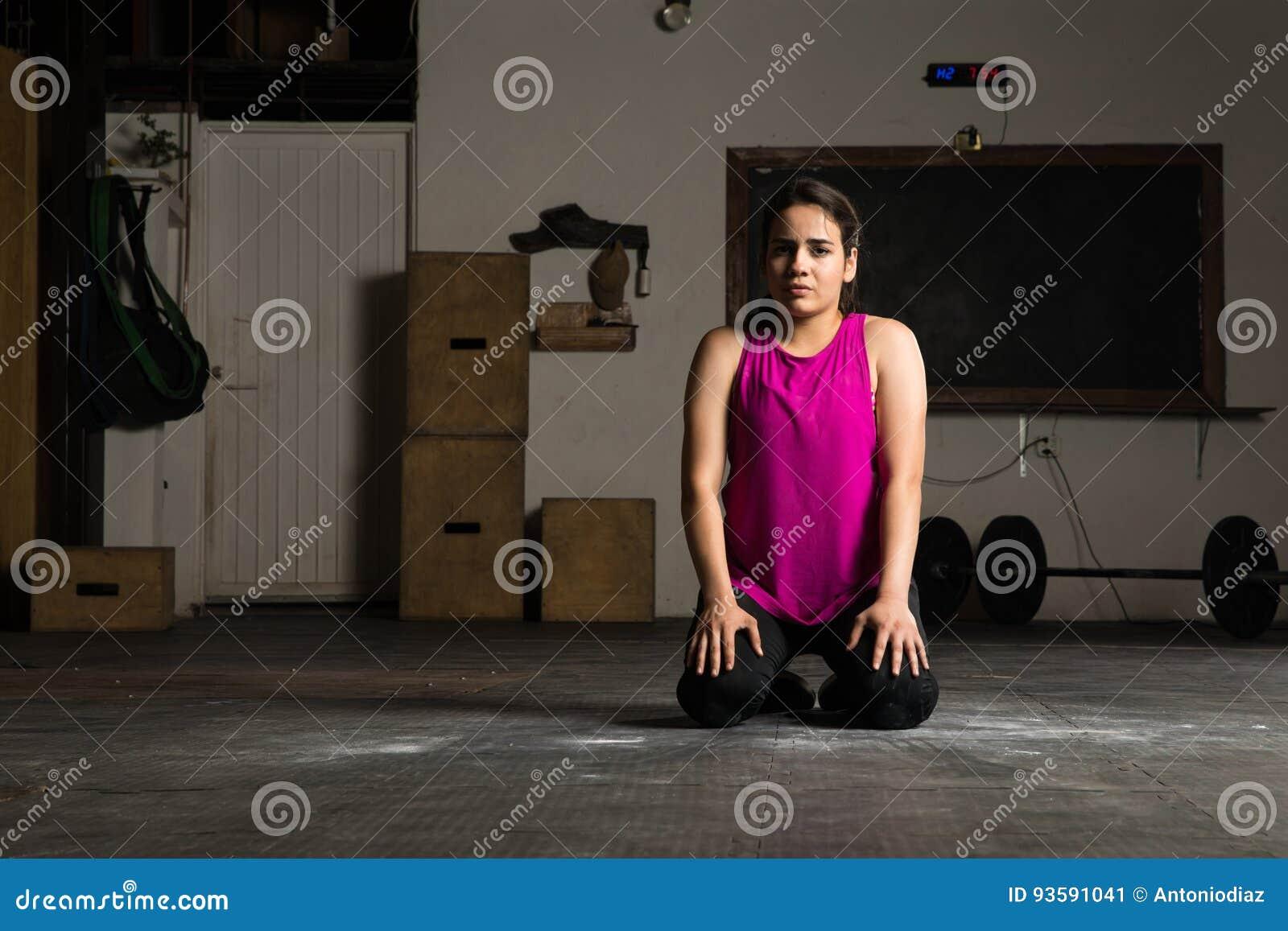 Femme faisant une pause de sa séance d entraînement