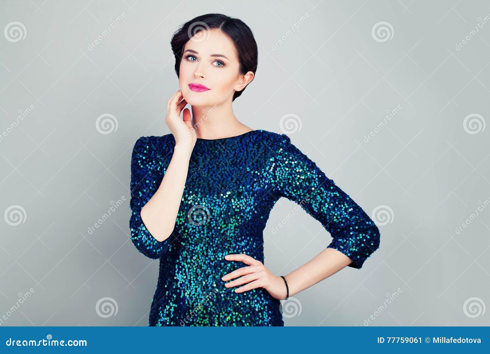 Femme fascinante dans la robe à la mode de scintillement