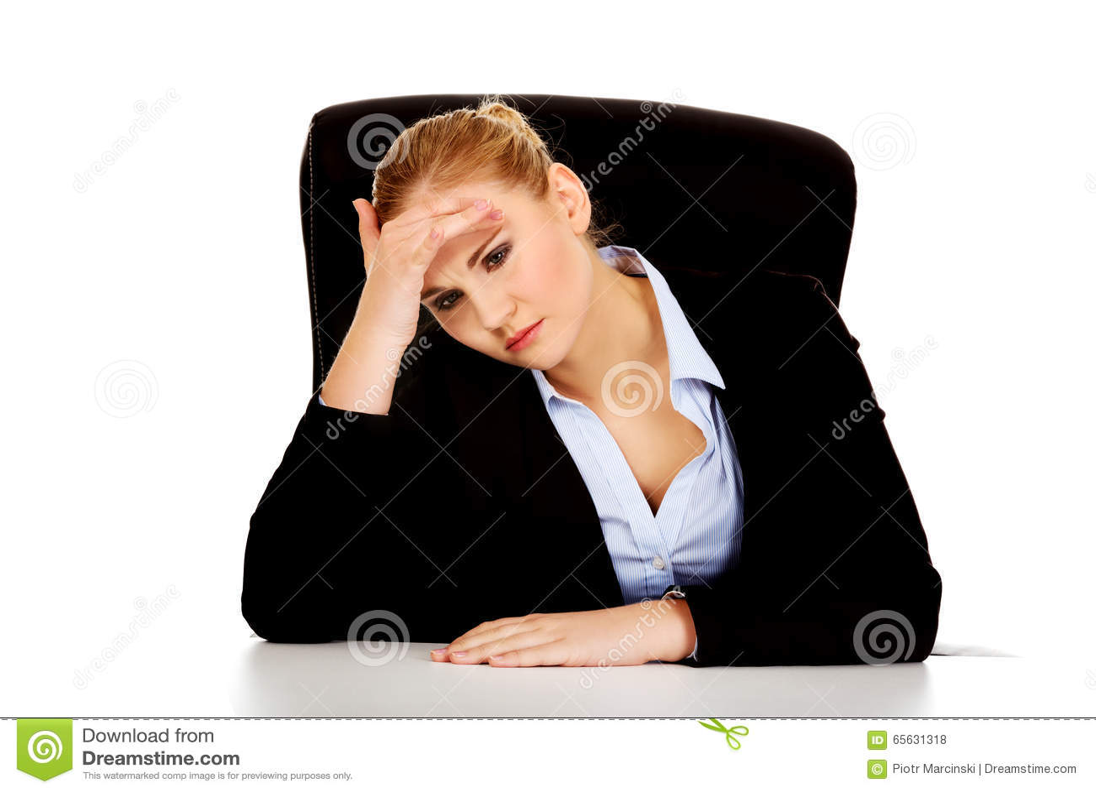 Femme fatiguée d affaires s asseyant derrière le bureau