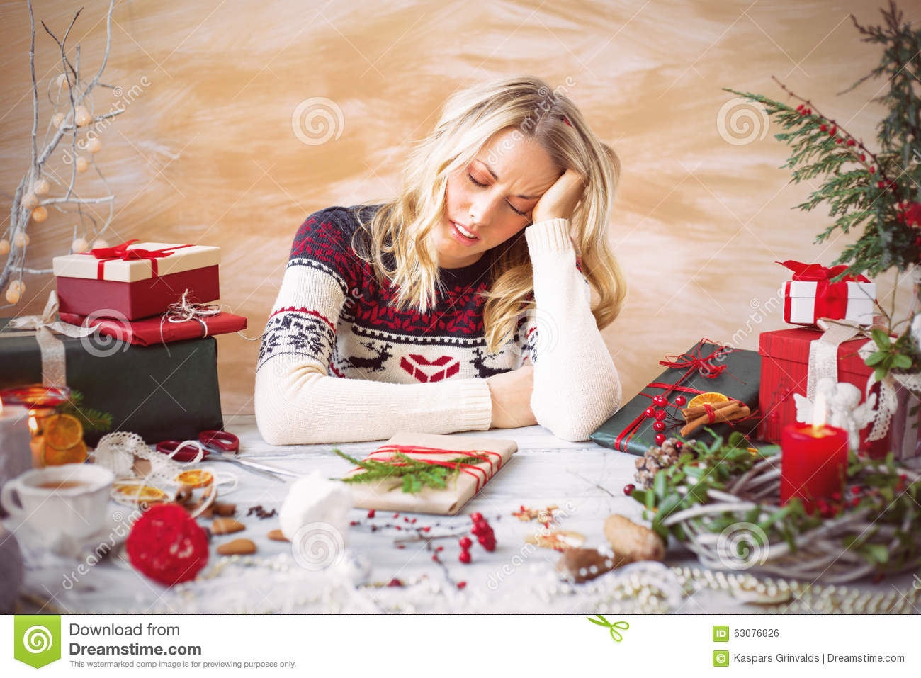 Download Femme Fatiguée De L'emballage Cadeau Photo stock - Image du clutter, objets: 63076826