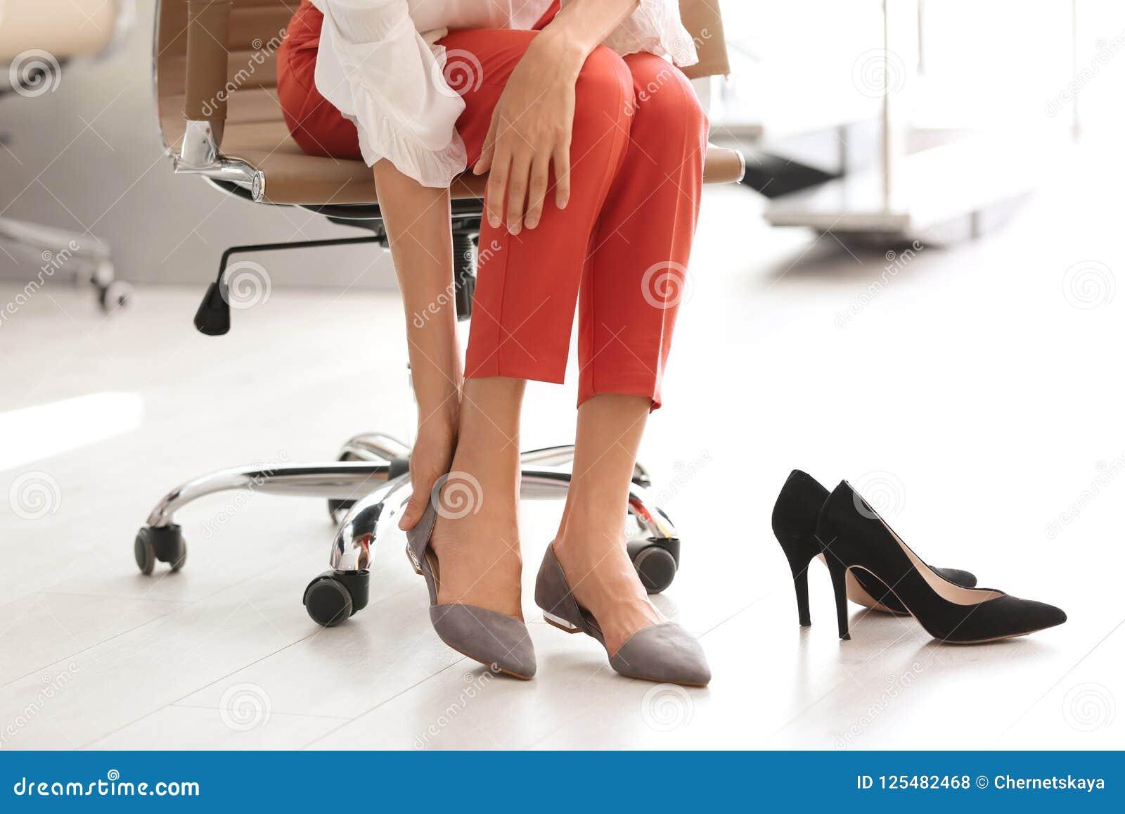 Au Femme Des Photo Bureau Chaussures Enlevant Fatiguée stock WID9EH2Y