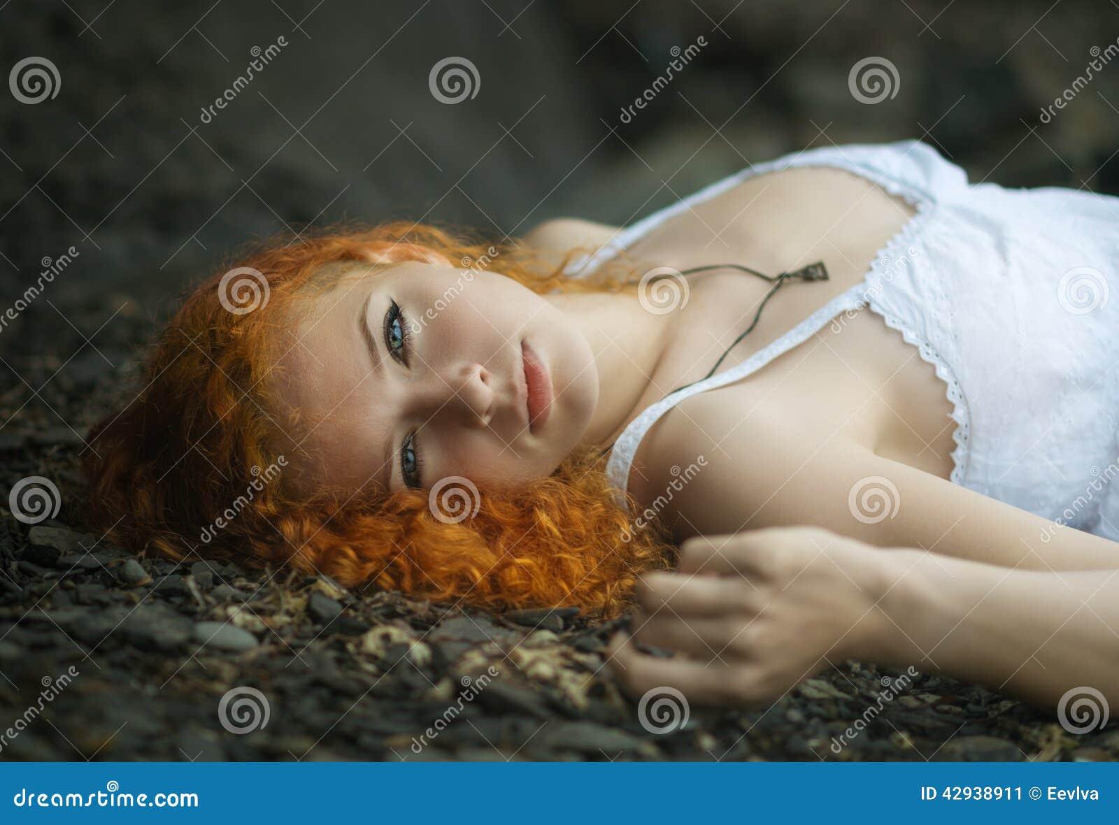 Femme fixée sur le gravier