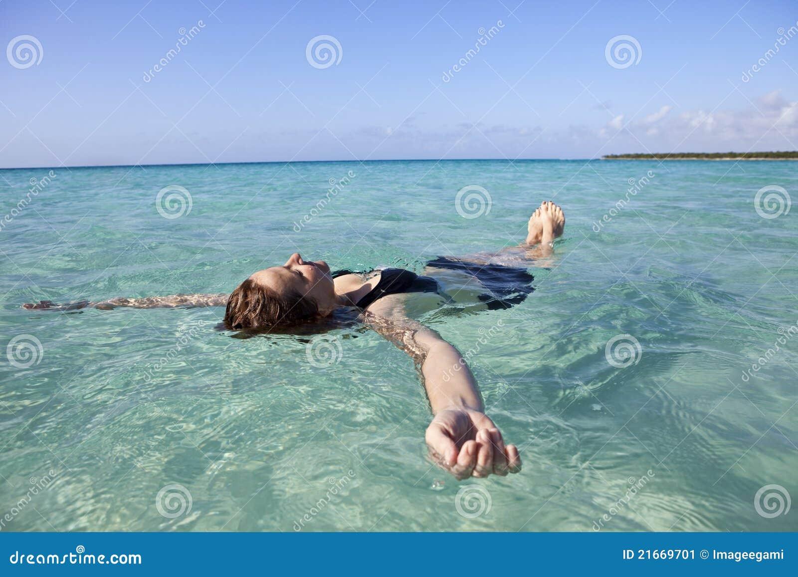 Femme flottant en mer
