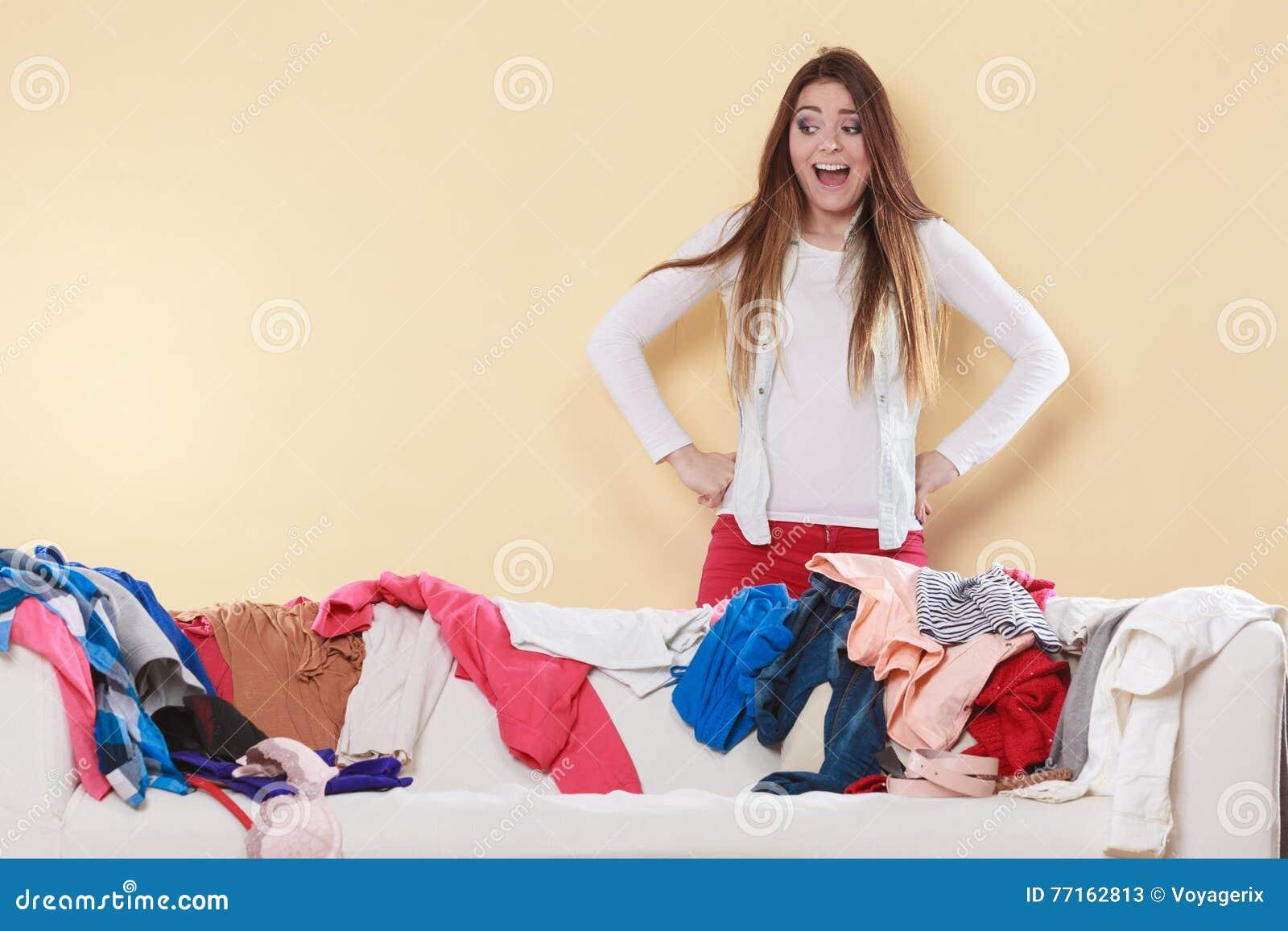 Femme freaking dans la maison malpropre de chambre
