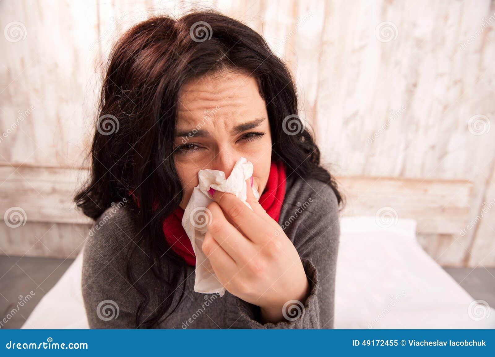 Femme frustrante soufflant son nez