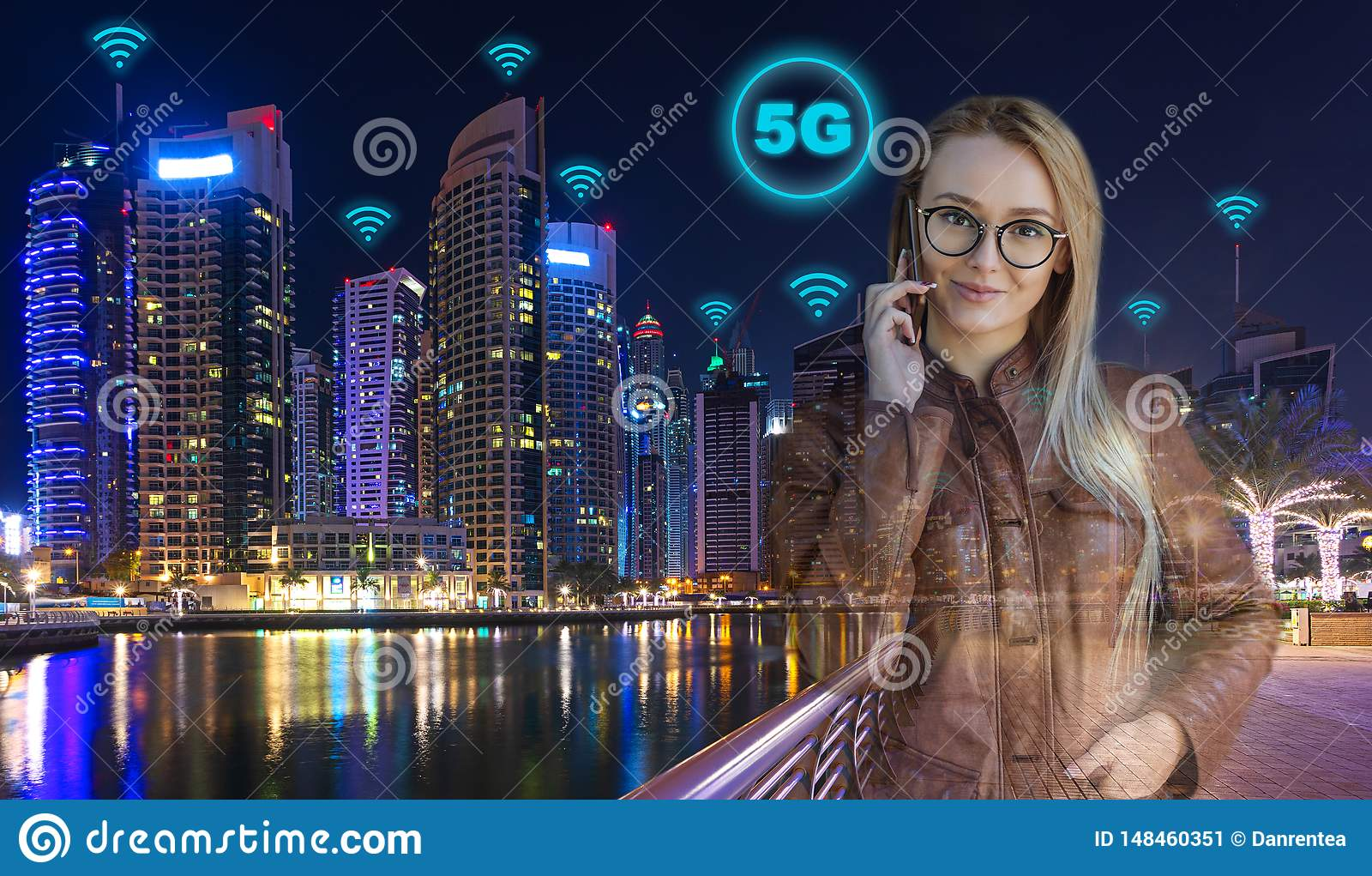 Femme futée d affaires avec la ville moderne à l arrière-plan la nuit utilisant la connexion sans fil de la vitesse 5G à appeler