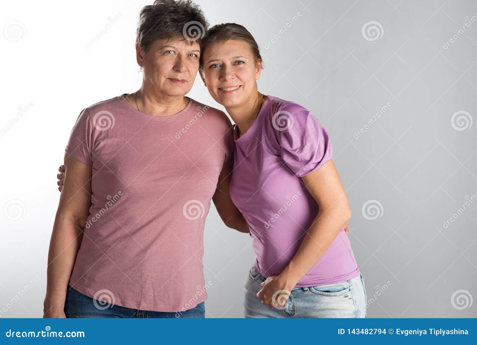 Femme ?g?e avec le descendant adulte