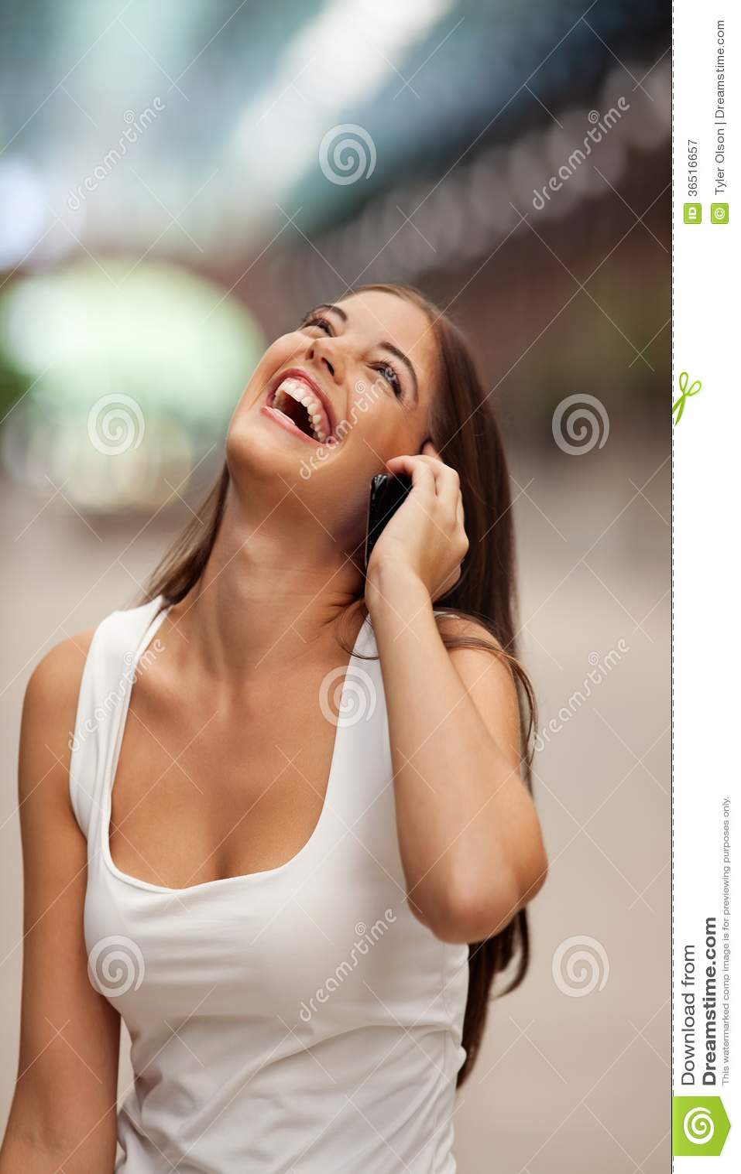 Femme gaie parlant au téléphone portable