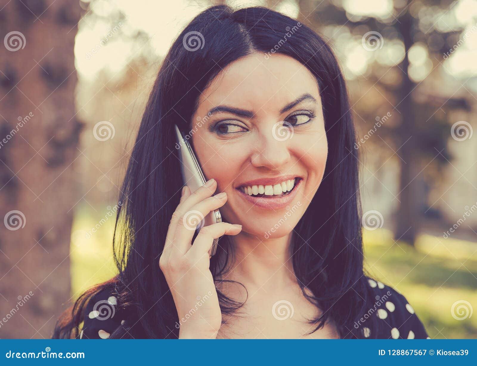 Femme gaie parlant d un téléphone dehors