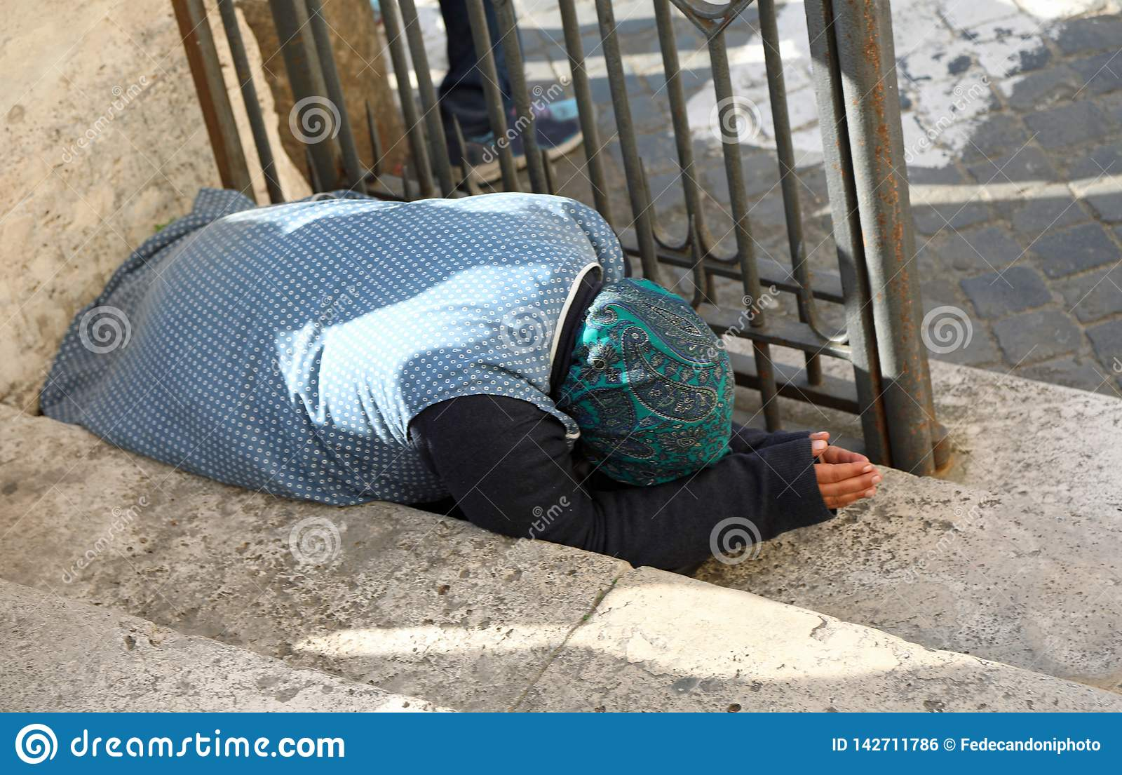 Femme gitane pluse âgé demandant l aumône se mettant à genoux au sol avec