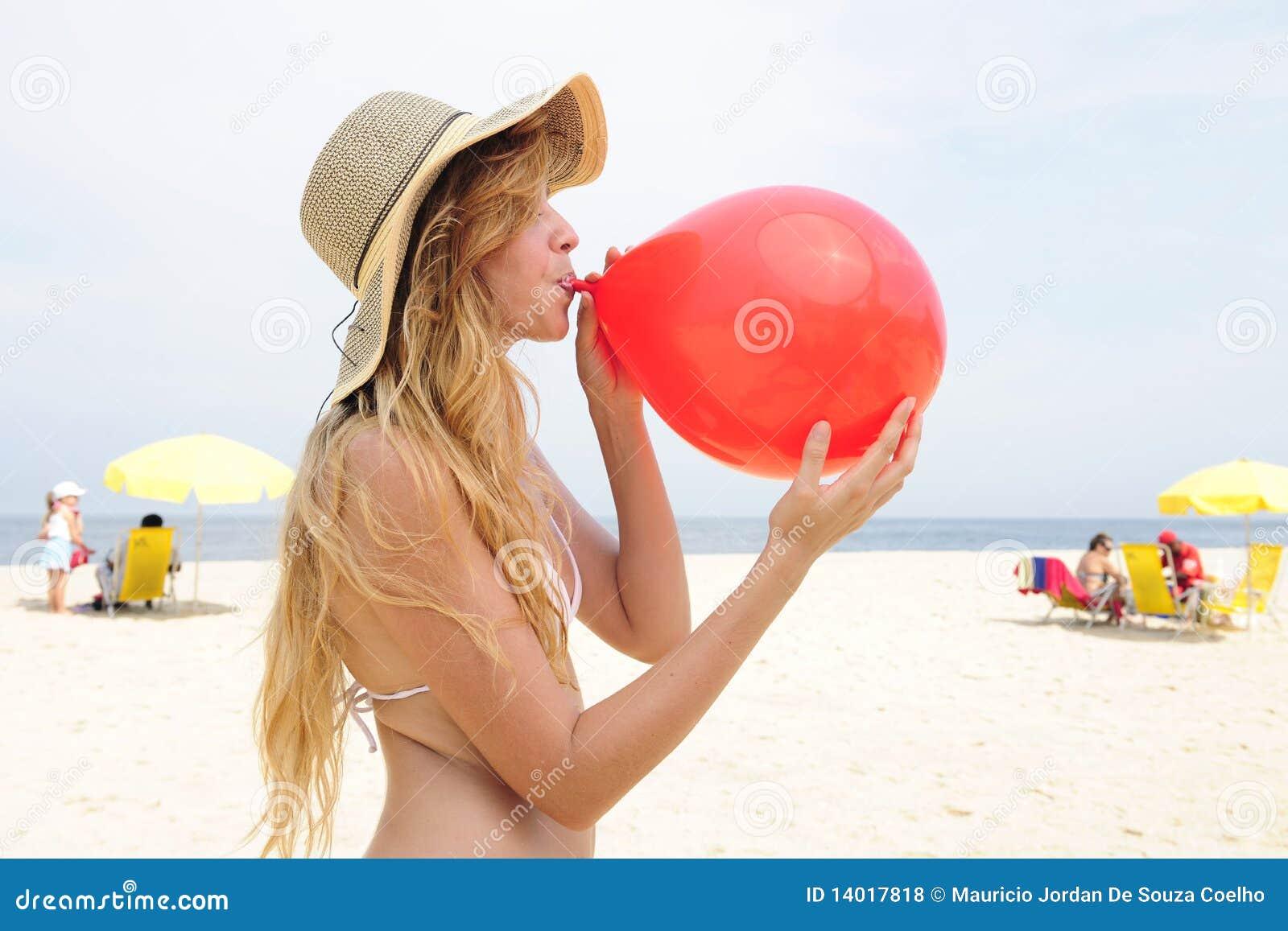 Femme gonflant un ballon rouge sur la plage photos libres de droits image 14017818 - Sortie de plage femme ...