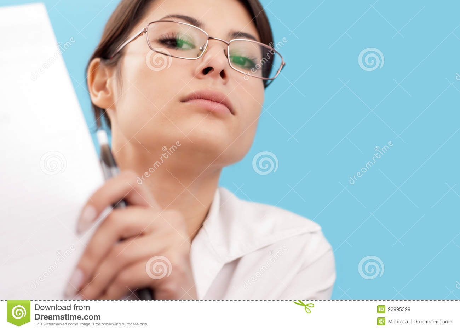 Femme grave regardant l appareil-photo