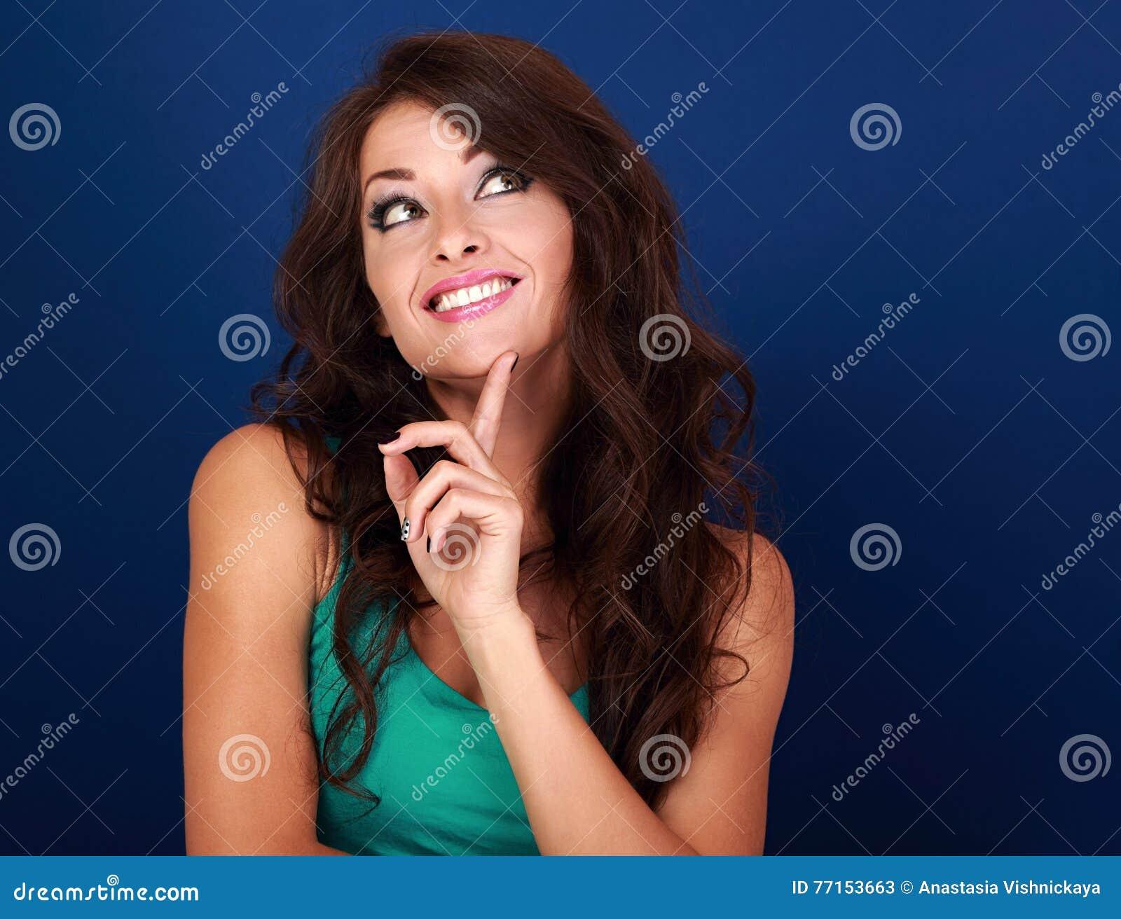 Femme grimaçante concentrée d amusement imaginant et regardant sur l empt