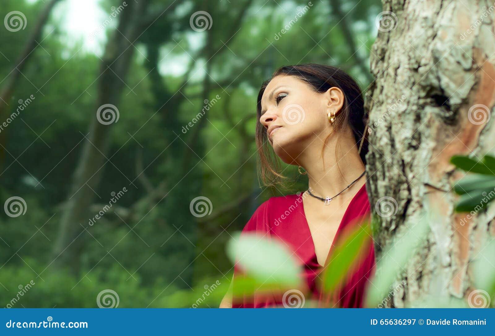 Femme habillée en rouge