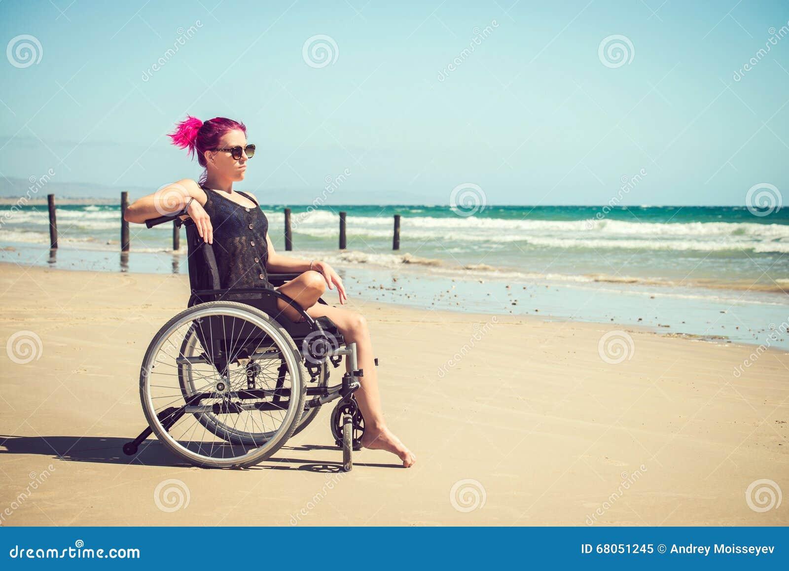 Femme handicapée à la plage