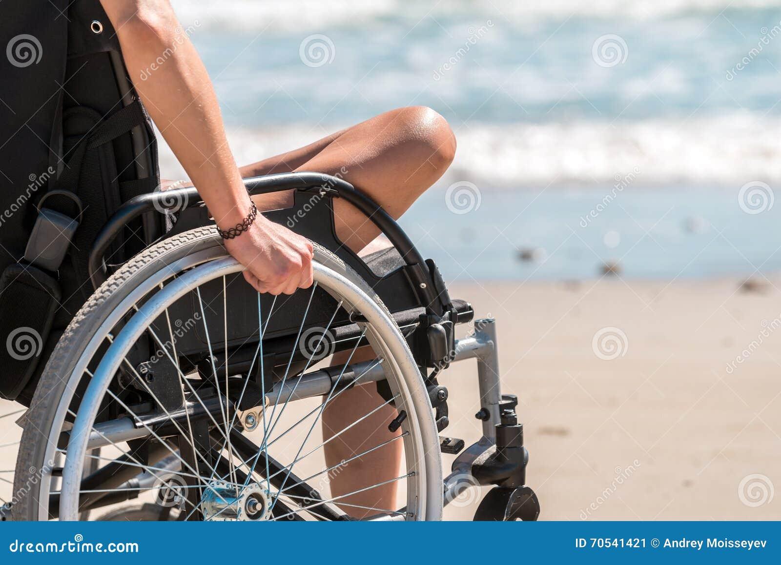 Femme handicapée dans le fauteuil roulant