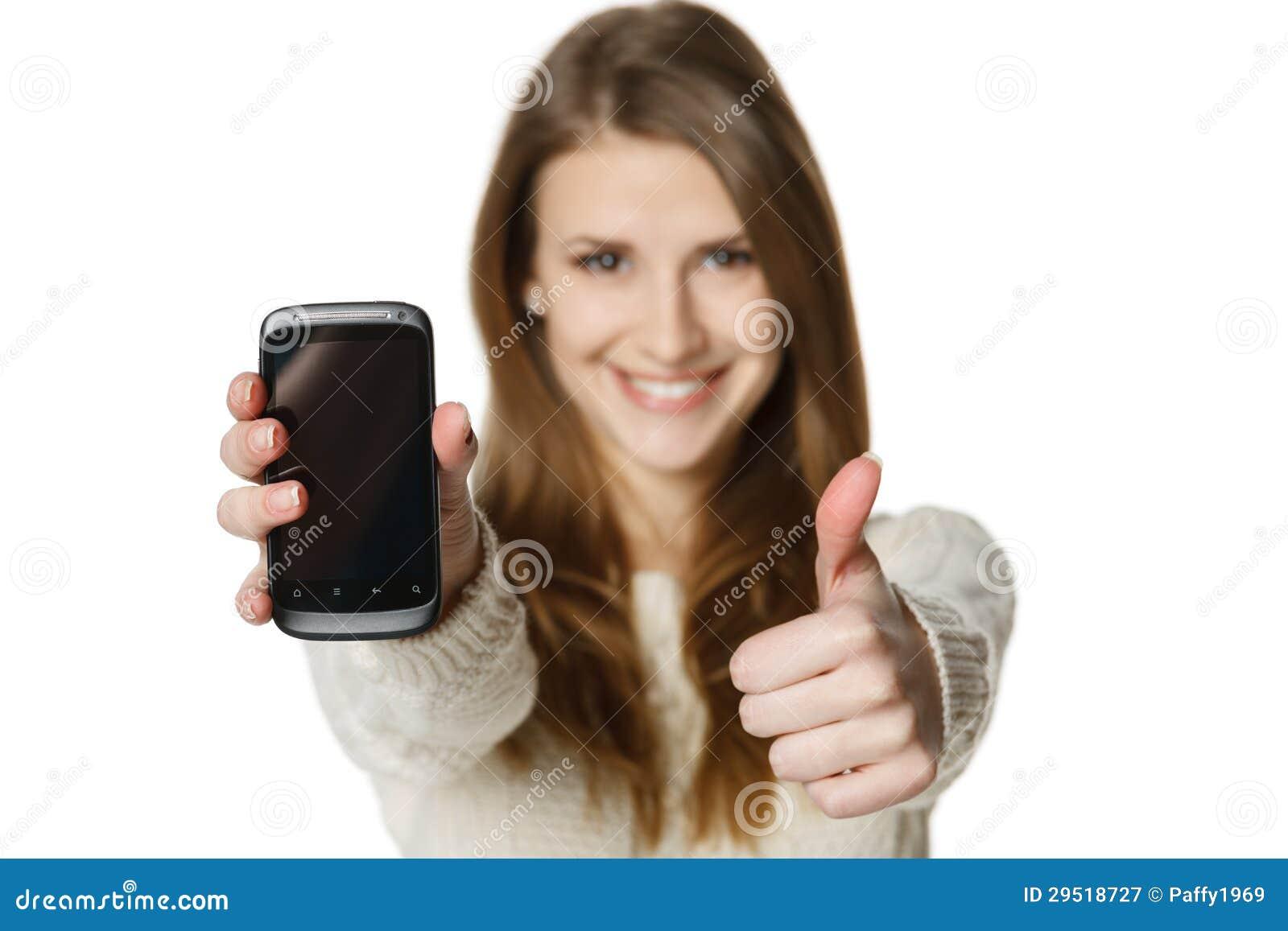 Femme heureuse affichant son téléphone portable et faisant des gestes le pouce vers le haut