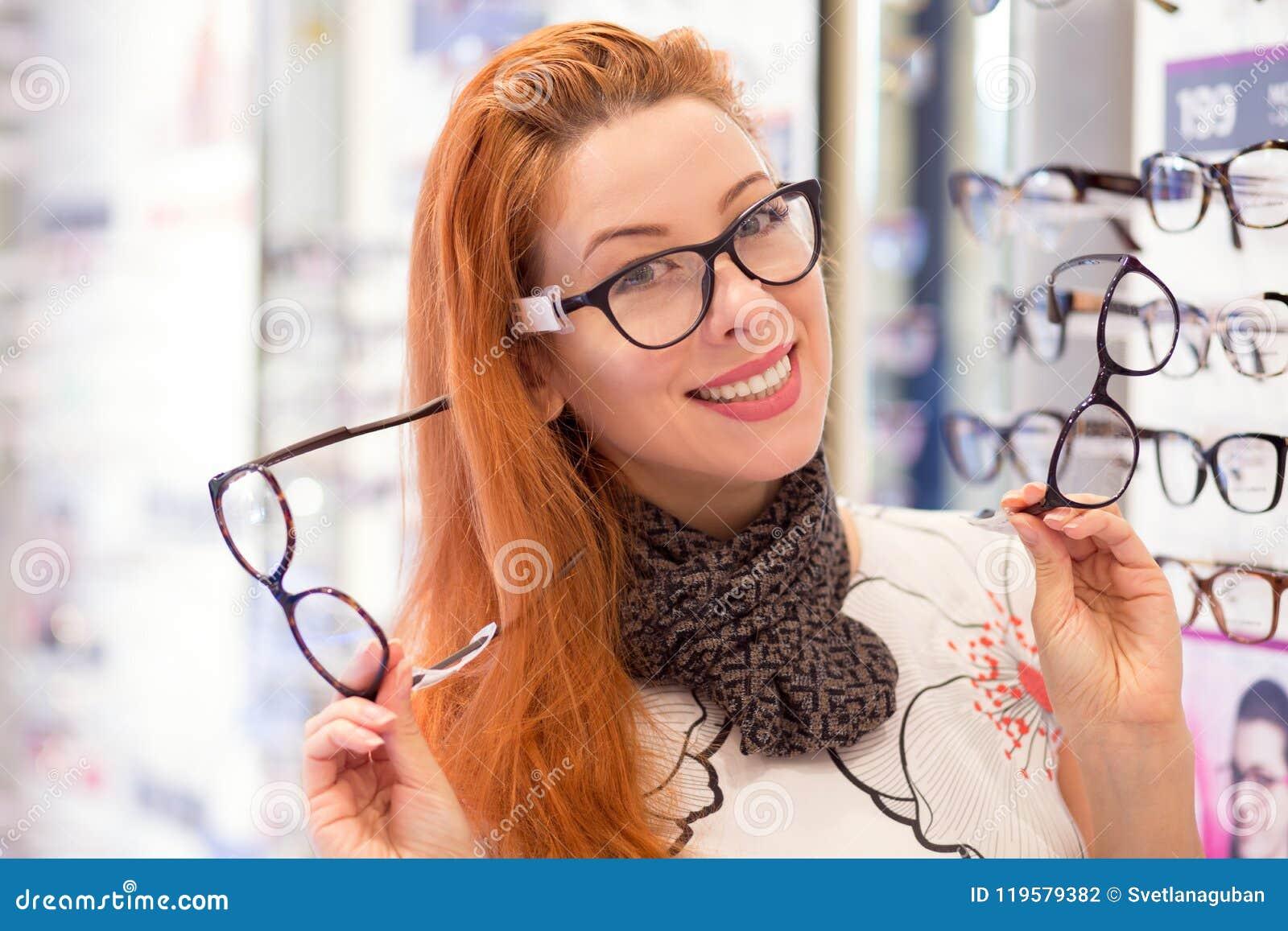 sortie de gros magasin en ligne grandes marques Femme Heureuse Choisissant Des Verres Au Magasin D'optique ...